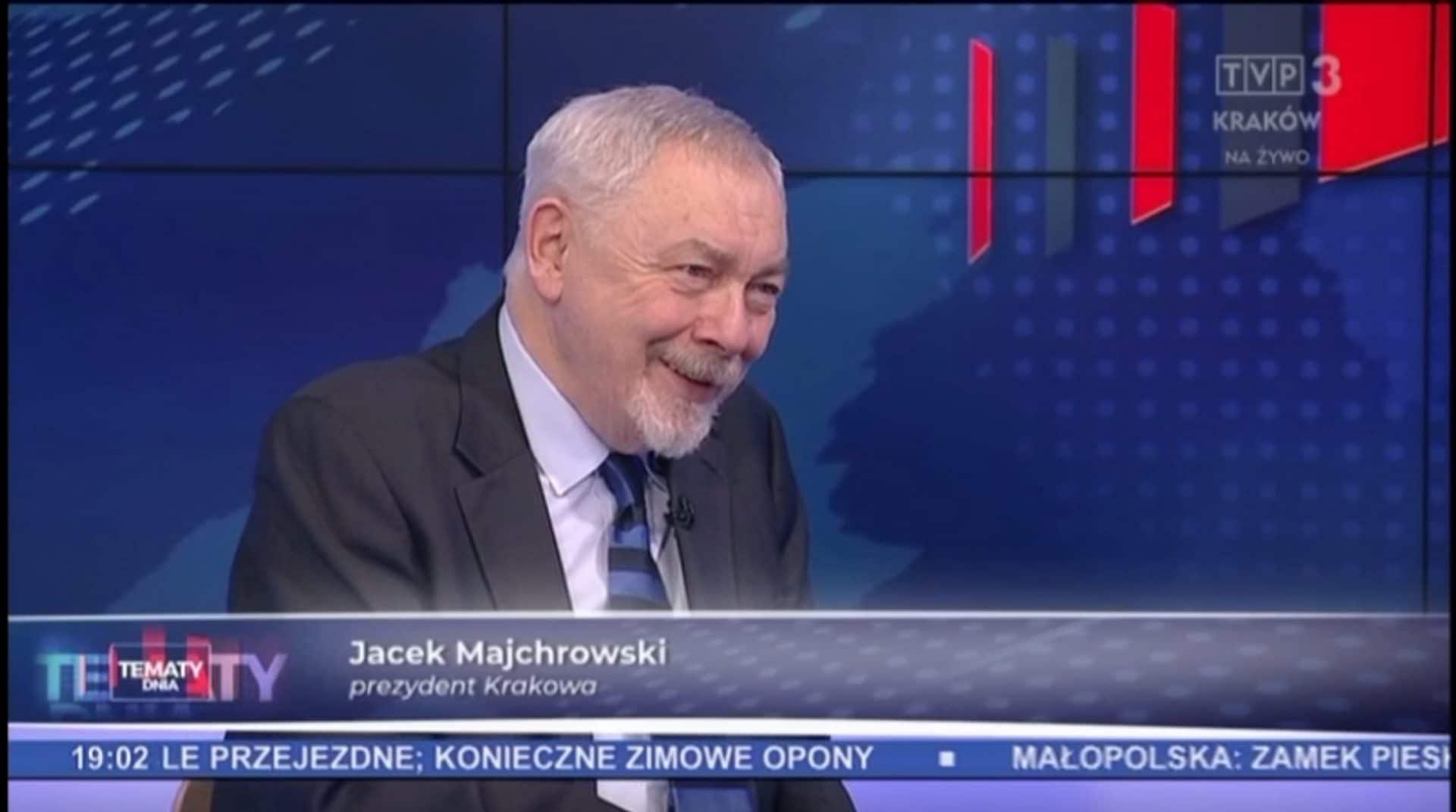 Prezydent Krakowa - w doskonałym humorze - udziela wywiadu kilka dni po pożarze miejskiego archiwum. Źródło: Kronika TVP Kraków.