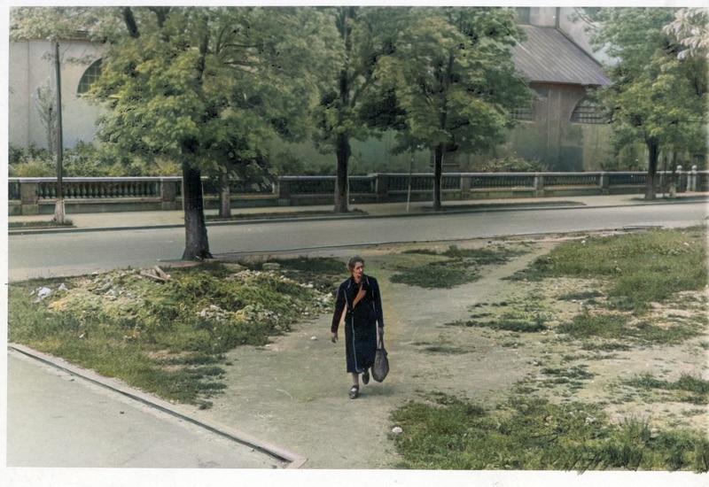 Kobieta z torbą na krakowskich Plantach w 1943 roku. Źródło: Narodowe Archiwum Cyfrowe.
