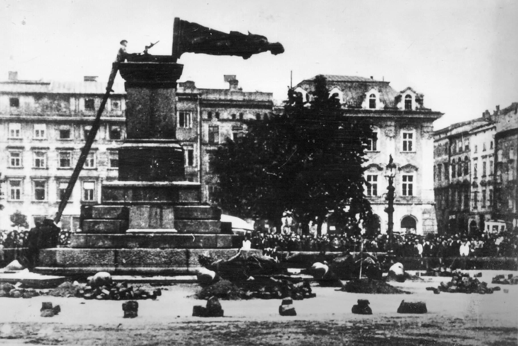 Zniszczenie pomnika Adama Mickiewicza w 1940 roku. Zdjęcie z kolekcji zdjęć z Drugiej Wojny Światowej Dr. Marka Tuszyńskiego. / Domena Publiczna. Niemiecka okupacja w Krakowie