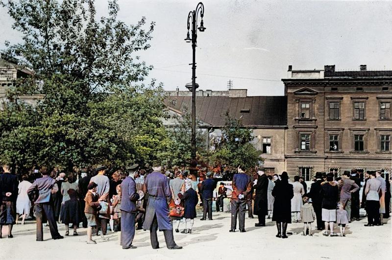 Ludność cywilna Krakowa przed ulicznymi głośnikami. Źródło: Narodowe Archiwum Cyfrowe. Niemiecka okupacja w Krakowie