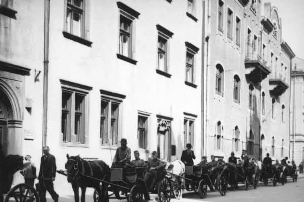 Ranni żołnierze niemieccy zwiedzają miasto dorożkami