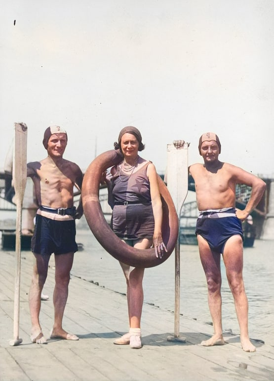 Aktorzy na przystani. Stoją od lewej: Kazimierz Beroński, Maryla Szewczyńska i Stanisław Gołębiowski. Źródło: Narodowe Archiwum Cyfrowe.