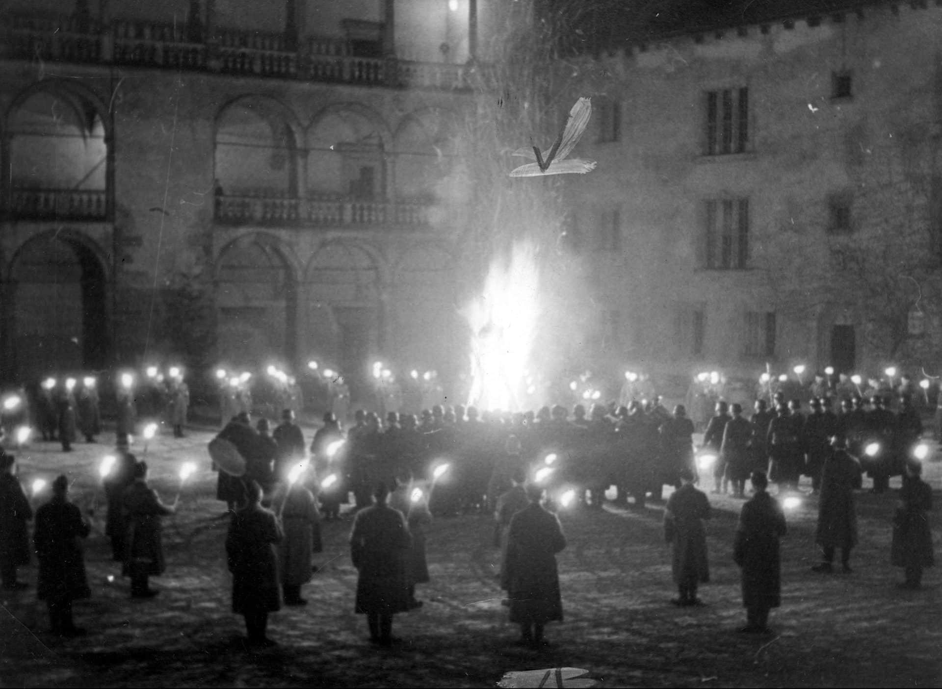 Obchodom święta przesilenia w grudniu 1939 roku towarzyszyło min. rozpalenie ogniska na zamkowym dziedzińcu. Źródło: Narodowe Archiwum Cyfrowe.