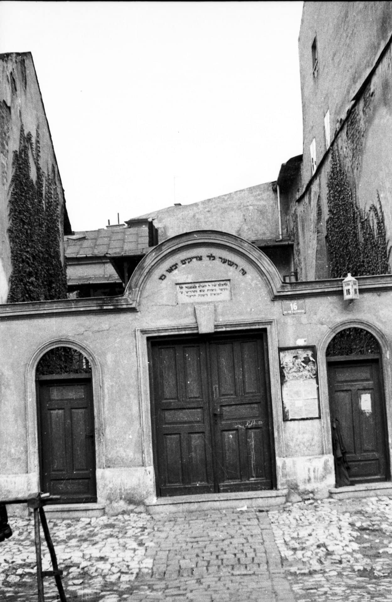 Brama synagogi Poppera. Wejście na cmentarz żydowski. 1936 rok. Źródło: Narodowe Archiwum Cyfrowe.