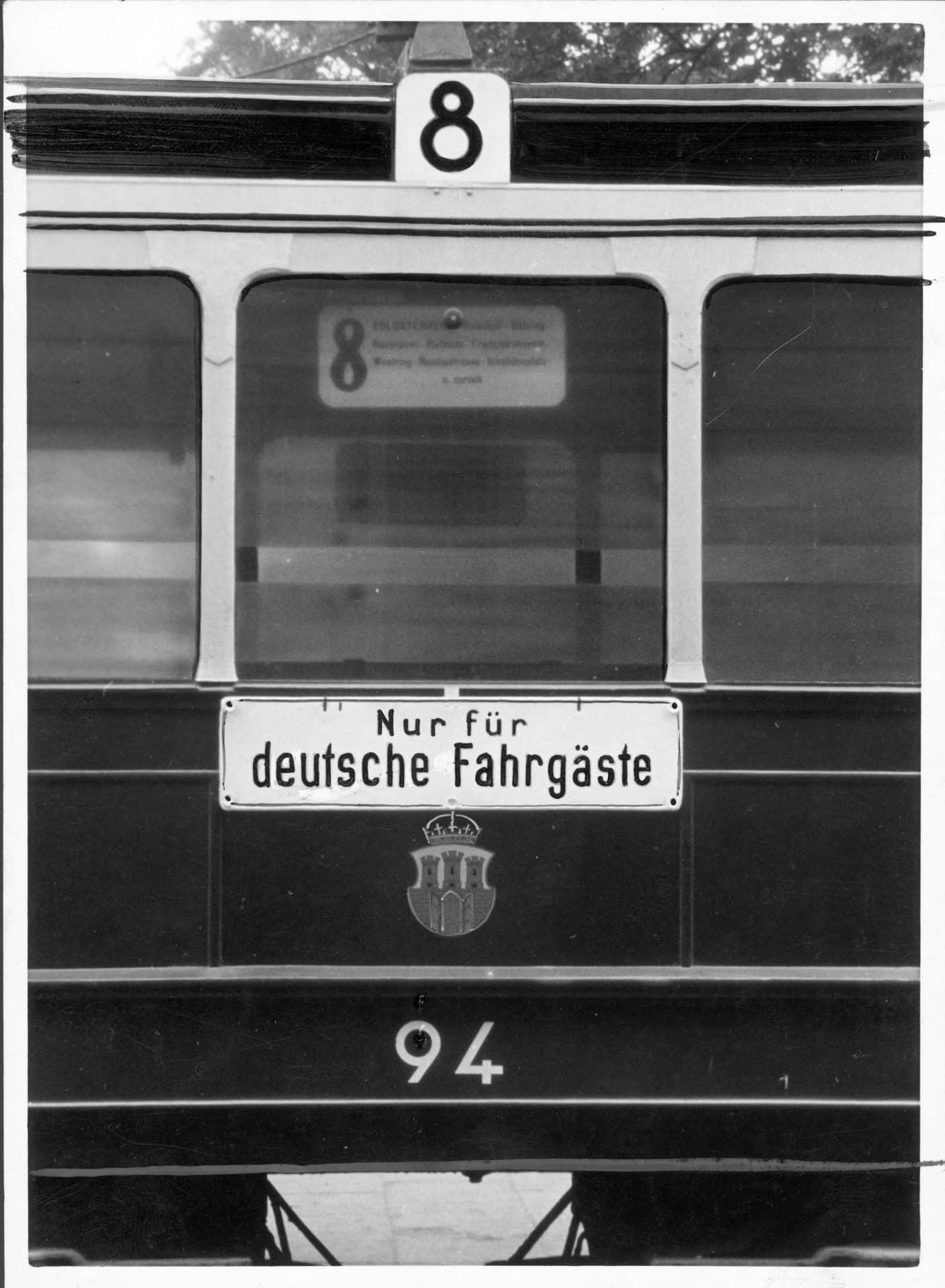"""Tramwaj linii 8 z tabliczką """"Tylko dla Niemców"""". Źródło: Narodowe Archiwum Cyfrowe."""