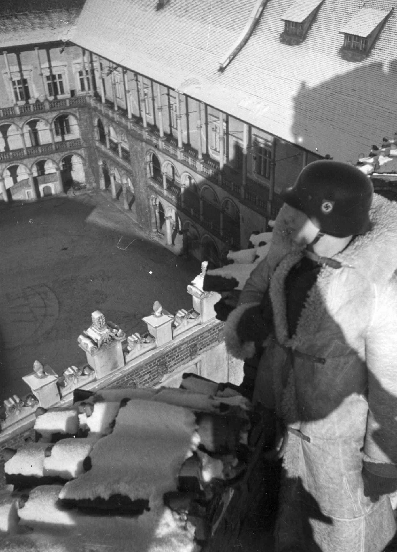 Wartownik z 10 pułku SS Totenkopf na Wawelu. Ok. 1941 roku. Źródło: Narodowe Archiwum Cyfrowe.
