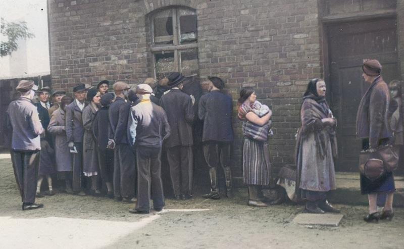 Grupa bezrobotnych mieszkańców Sosnowca na jednej z ulic miasta. 1933 rok. Źródło: Narodowe Archiwum Cyfrowe.