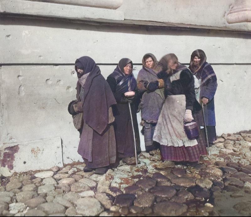 Grupa bezrobotnych kobiet podczas żebrania na jednej z ulic Warszawy. 1926 rok. Źródło: Narodowe Archiwum Cyfrowe.
