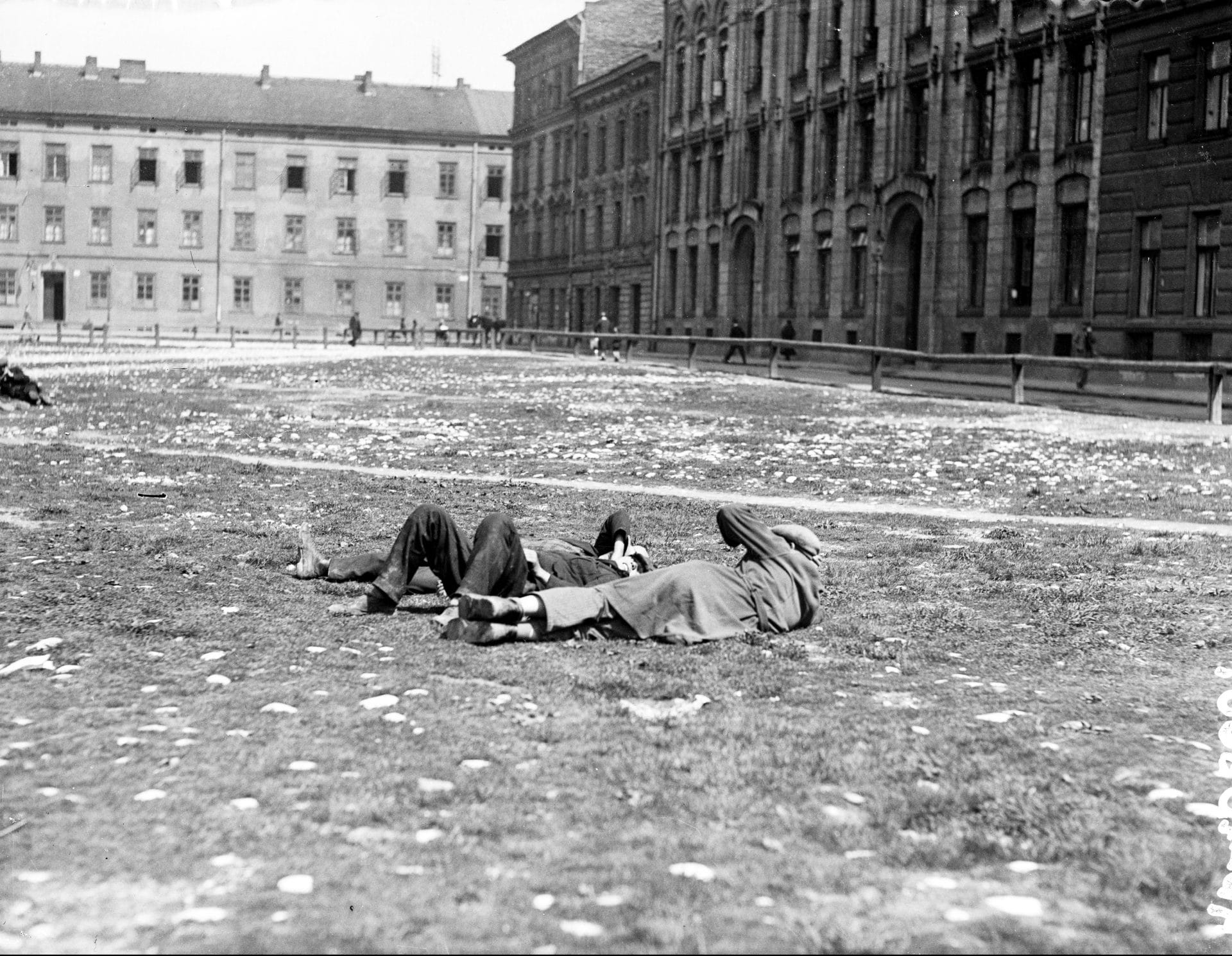 Bezrobotni mężczyźni leżący na trawie. Kraków, 1930 r. Źródło: Narodowe Archiwum Cyfrowe.