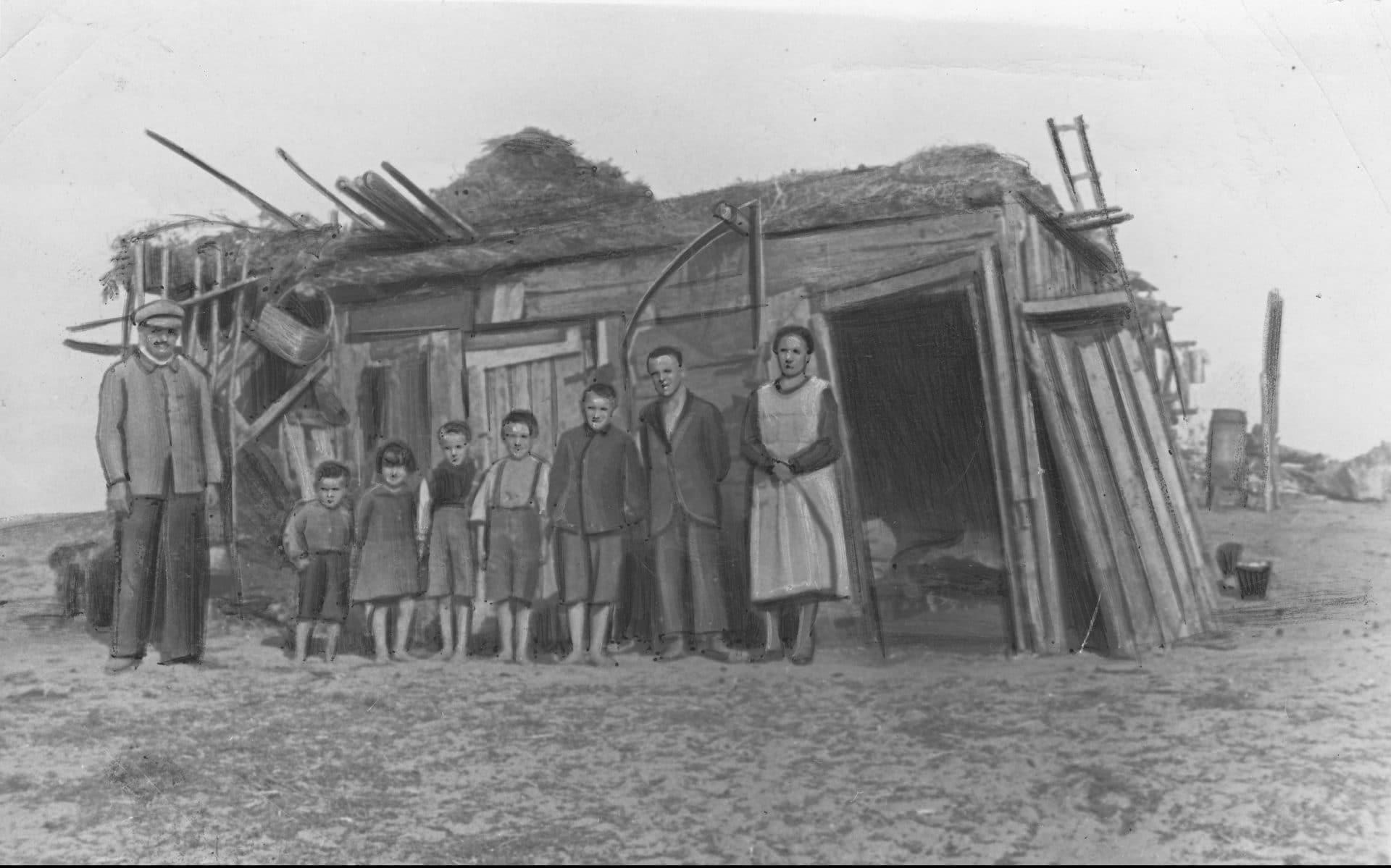 Członkowie rodziny Żeberkiewiczów przed swoim prowizorycznym mieszkaniem. 1935 rok. Źródło: Narodowe Archiwum Cyfrowe.