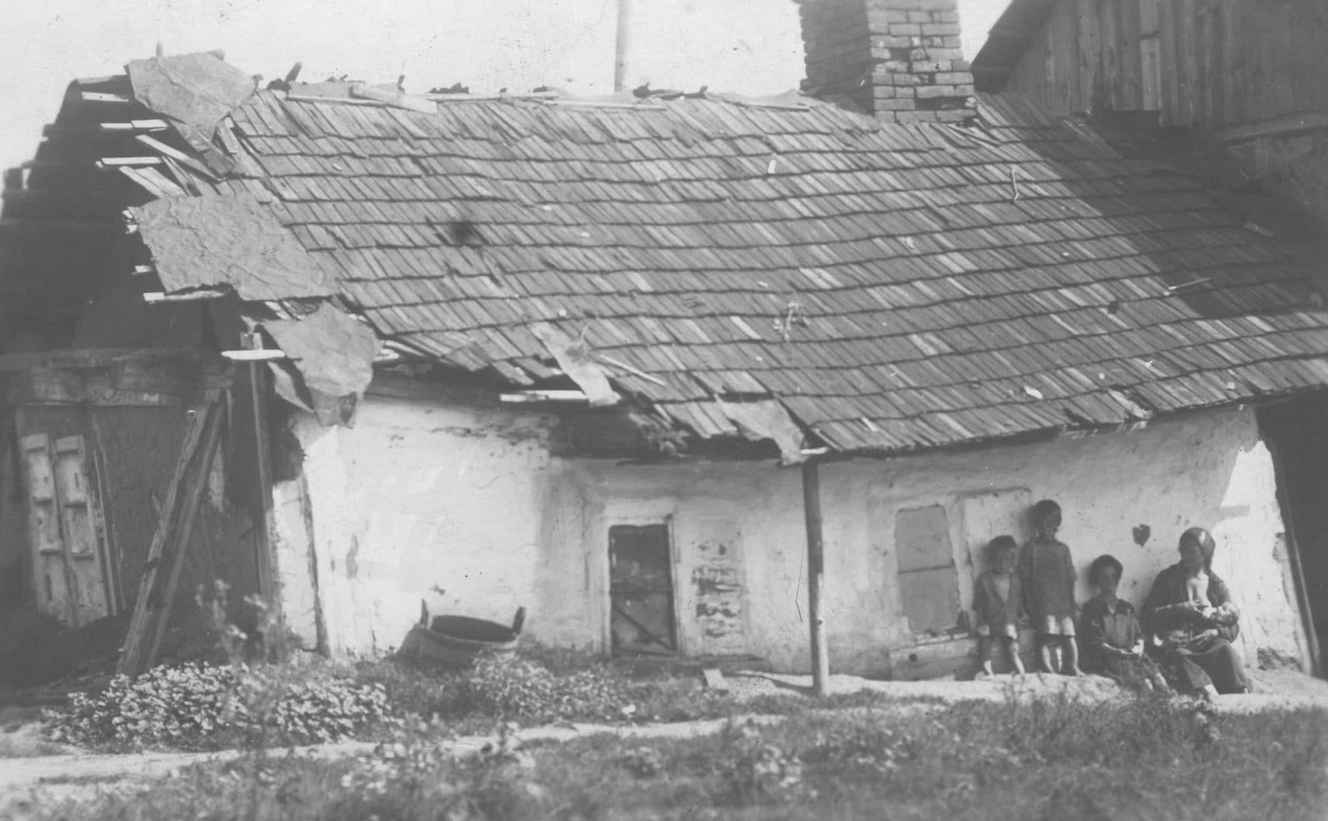 Widok zewnętrzny walącego się domu bezrobotnych mieszkańców Borysławia. 1929 rok. Źródło Narodowe Archiwum Cyfrowe.