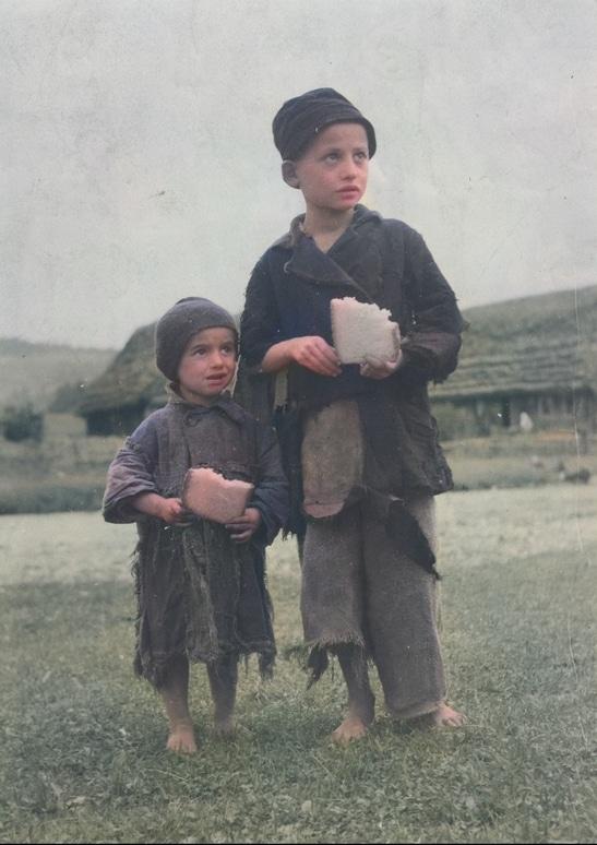 Dzieci ze wsi Sławsk. Na buty mogli sobie pozwolić jedynie nieliczni. Zdjęcie zrobiono między 1920 a 1939 rokiem. Źródło: Narodowe Archiwum Cyfrowe.