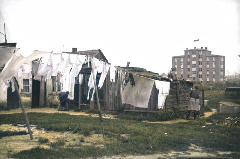 Baraki mieszkalne w Gdyni. W tle nowy budynek. Lata 30. XX wieku. Źródło: Narodowe Archiwum Cyfrowe.
