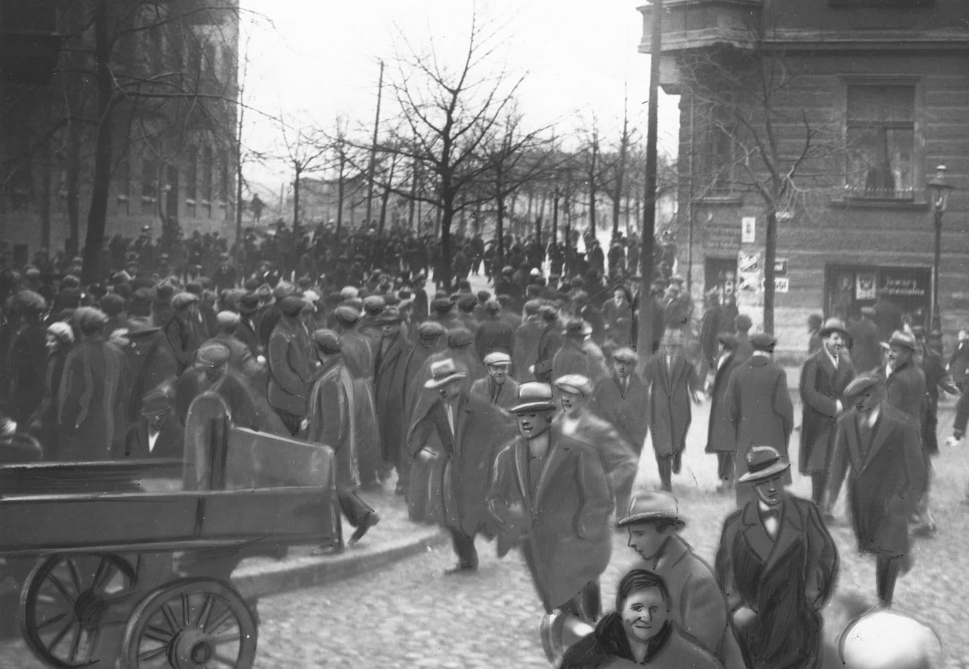 Demonstracja bezrobotnych przed Państwowym Urzędem Pośrednictwa Pracy w Poznaniu. 1934 r. Źródło: Narodowe Archiwum Cyfrowe.