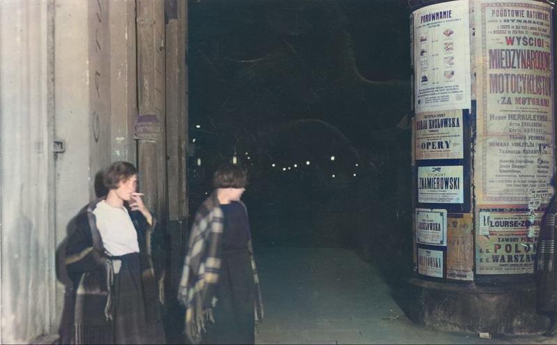 Prostytutki na warszawskiej ulicy, 1925 rok. Źródło: Narodowe Archiwum Cyfrowe.