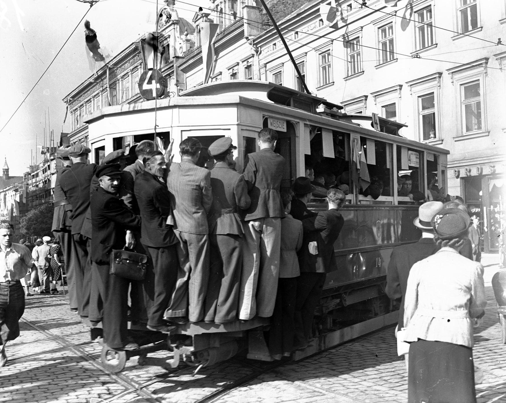 Krakowski tramwaj. Jazda na tzw. winogrono. Narodowe Archiwum Cyfrowe. Polska Kronika Filmowa.