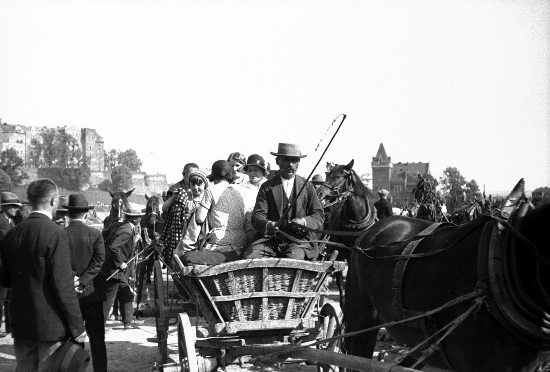 Wyjazd z przystani Groble na Bielany podczas Zielonych Świątek w Krakowie, 1931 r. Fot. Narodowe Archiwum Cyfrowe.