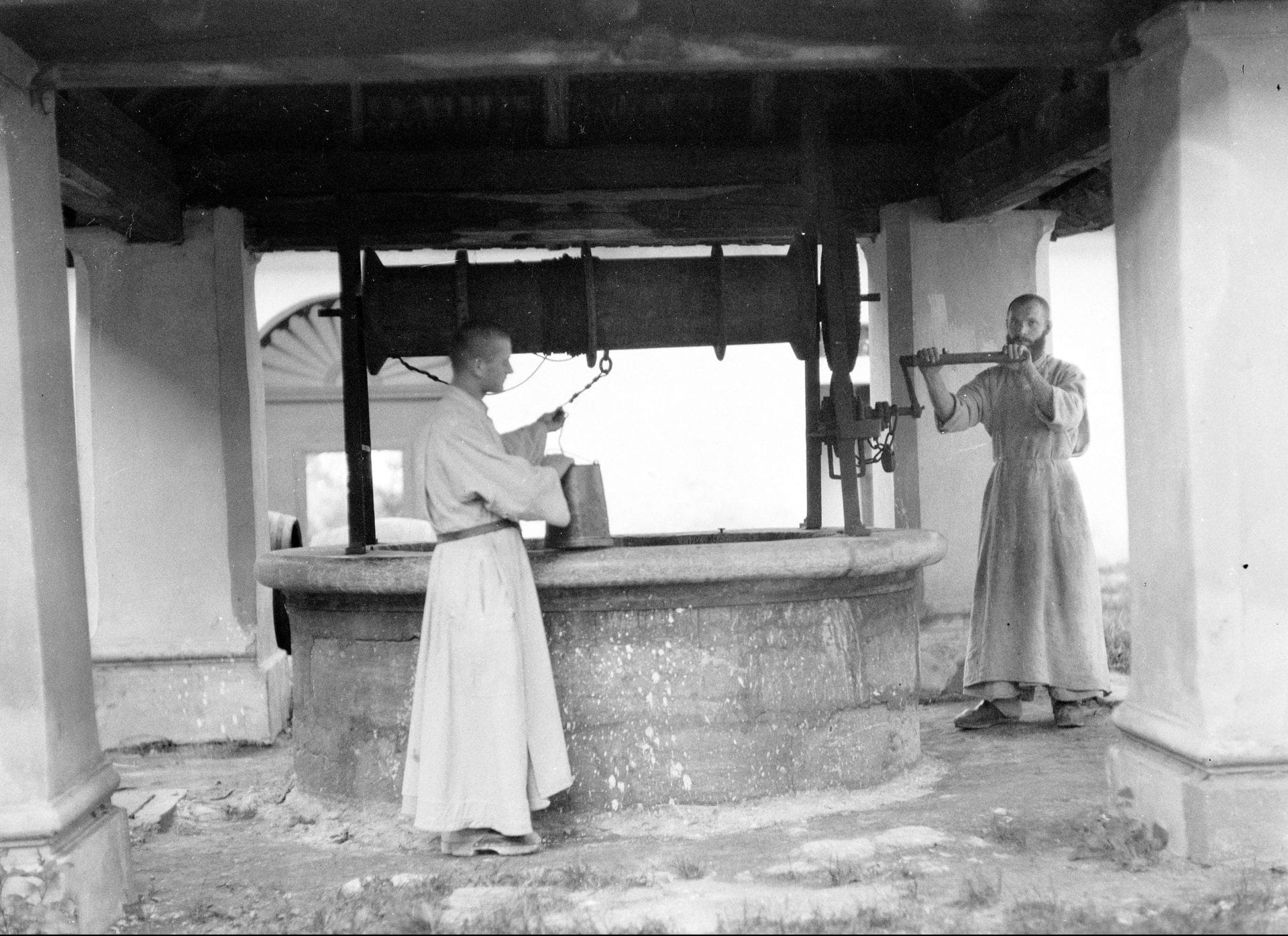Zakonnicy przy studni. 1934 r. Fot. Narodowe Archiwum Cyfrowe.