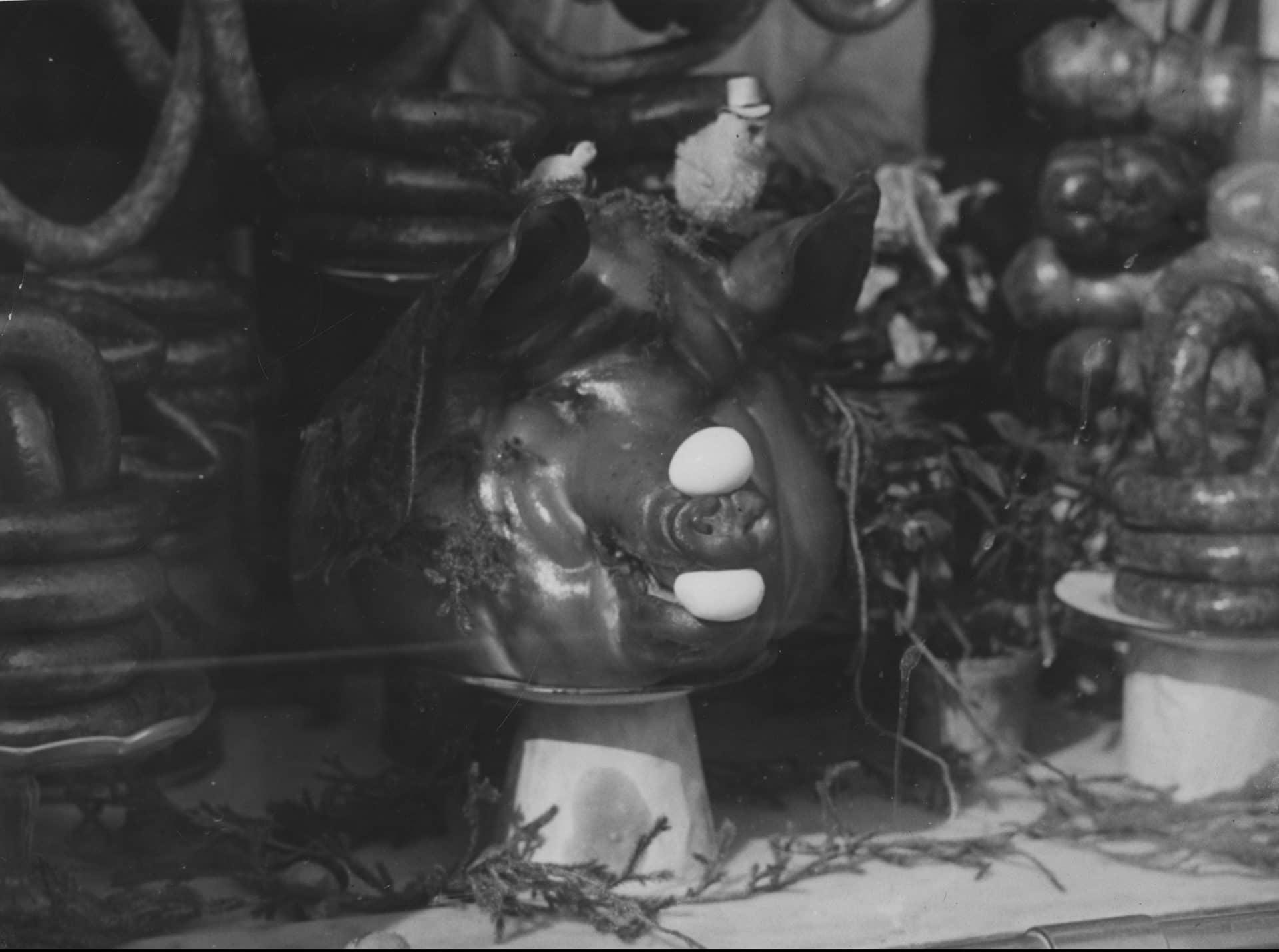 Upieczone prosie na wystawie stoiska z wędlinami na pl. Kercelego. 1937 rok. Źródło: Narodowe Archiwum Cyfrowe.