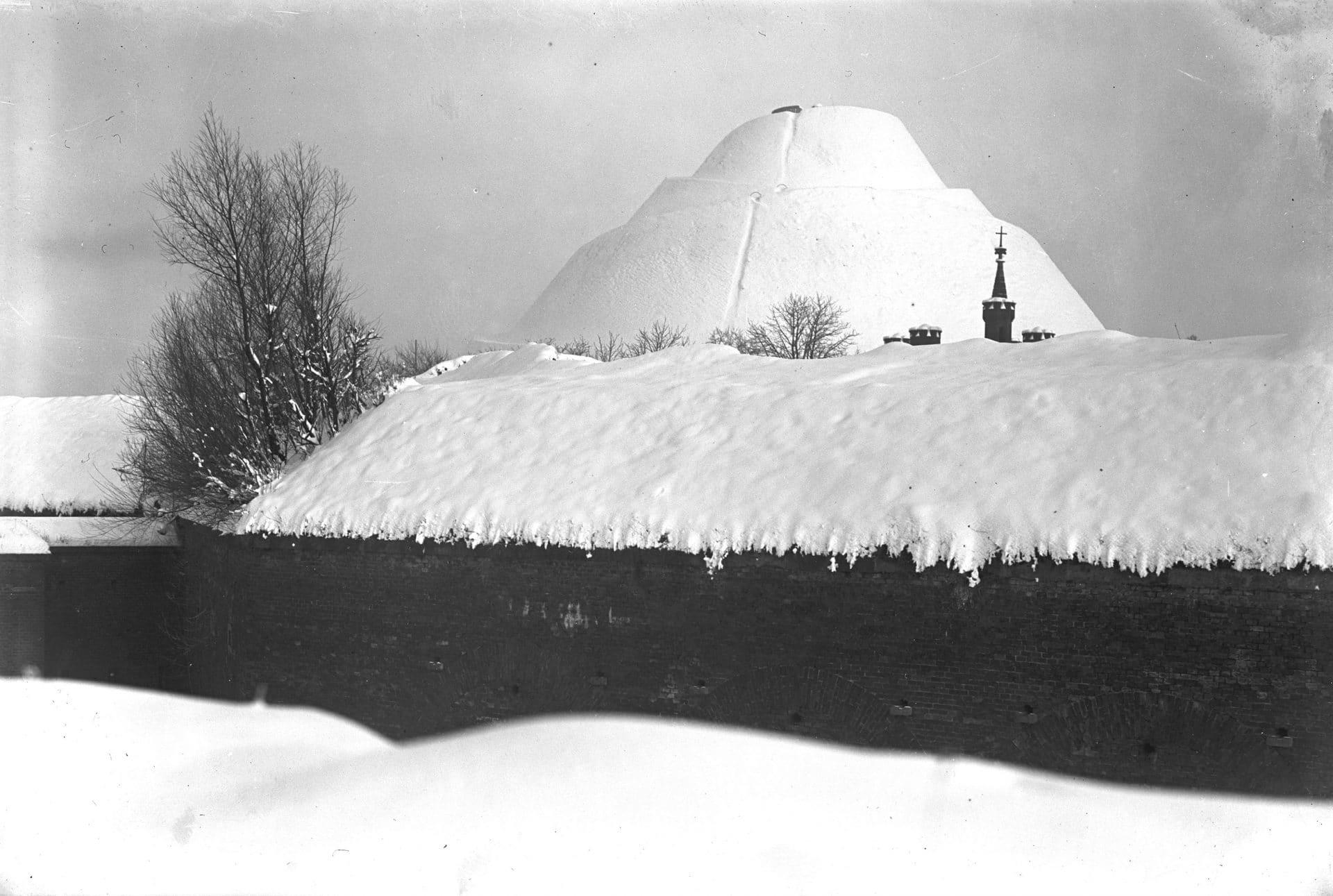 Kopiec Kościuszki zimą 1927 roku. Źródło: Narodowe Archiwum Cyfrowe.