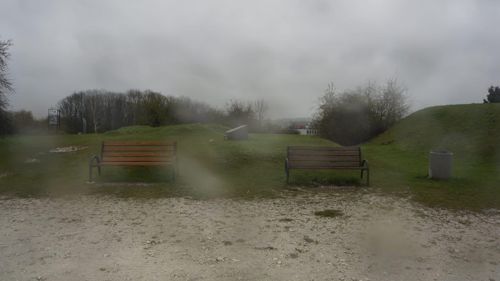 Dwie ławki ustawione w parku pamięci przez miasto. Mateusz Jaśko dostawił kolejne dwie ławki niedaleko od nich. Zrobił to, bo prosili o nie okoliczni mieszkańcy. Jego działanie spotkało się m.in. z podziękowaniem z ich strony.