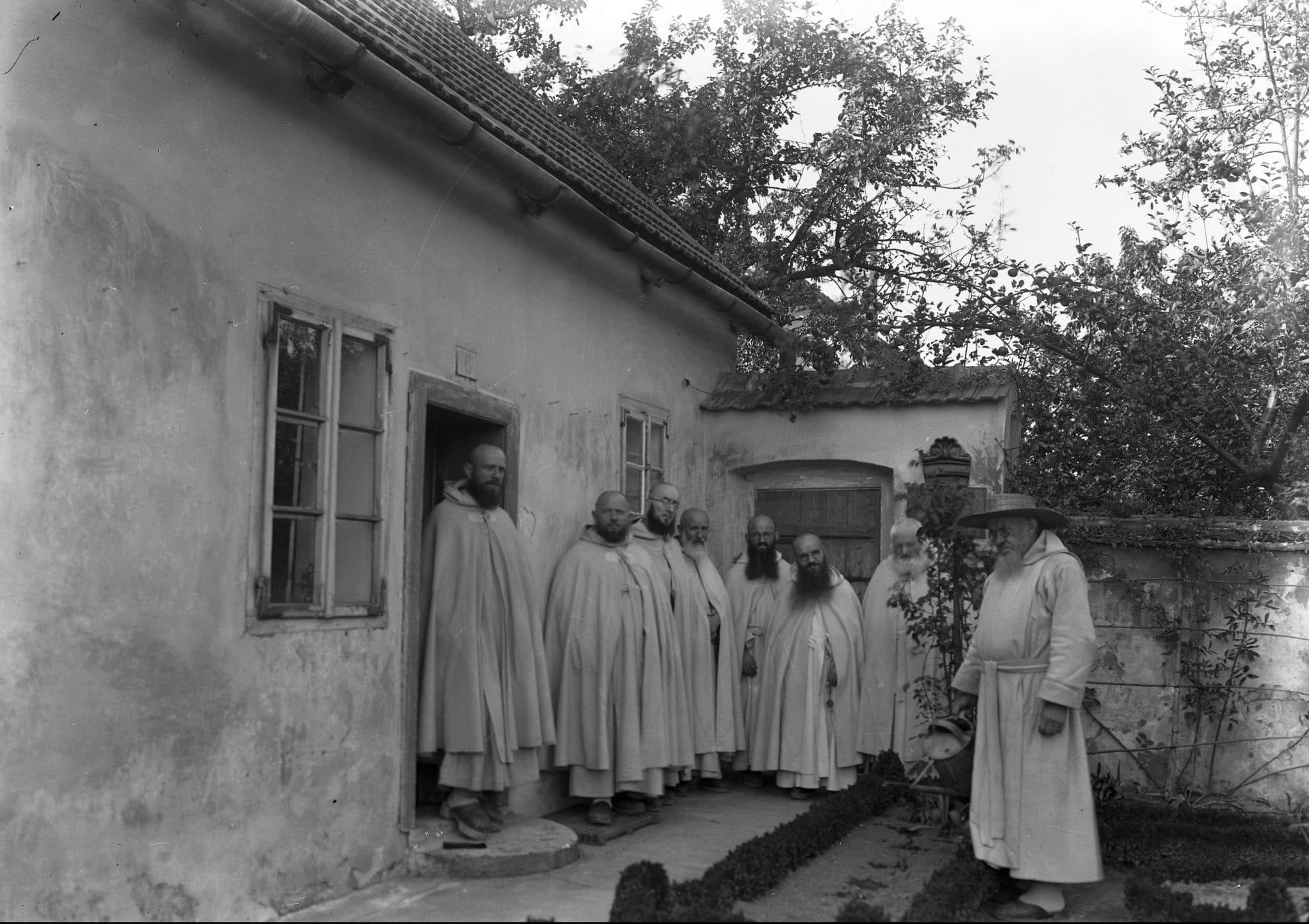 Kameduli przed jednym z budynków klasztornych. 1934 r. Fot. Narodowe Archiwum Cyfrowe.