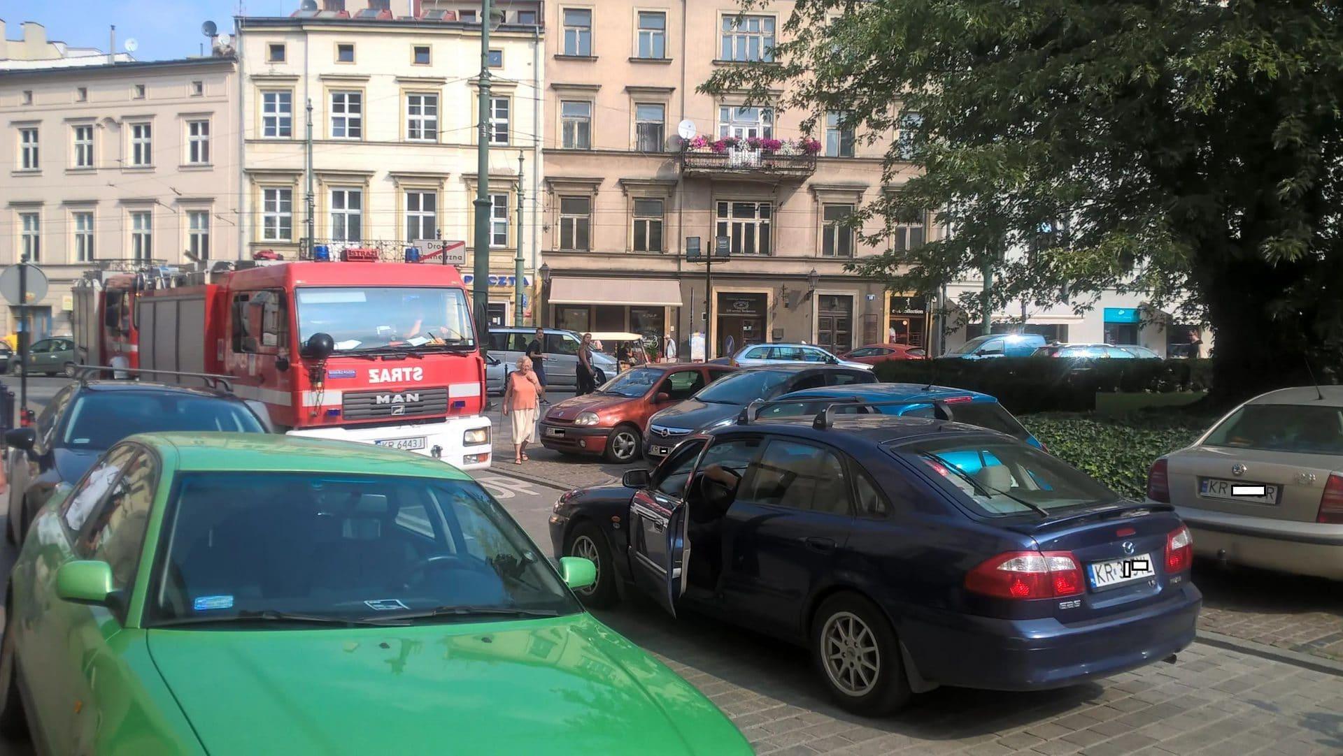 Droga przeciwpożarowa przed krakowskim urzędem. Samochody radnych i urzędników blokują przejazd straży pożarnej. Zdjęcie zrobiono w 2016 roku.