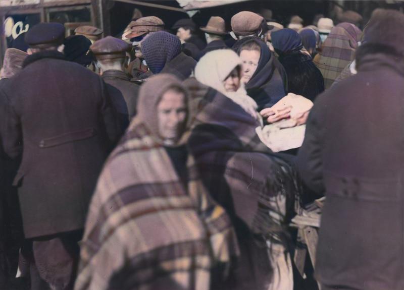 Wśród tłumu ludzi widoczna sprzedawczyni racuchów. Data nieznana. Źródło: Narodowe Archiwum Cyfrowe.
