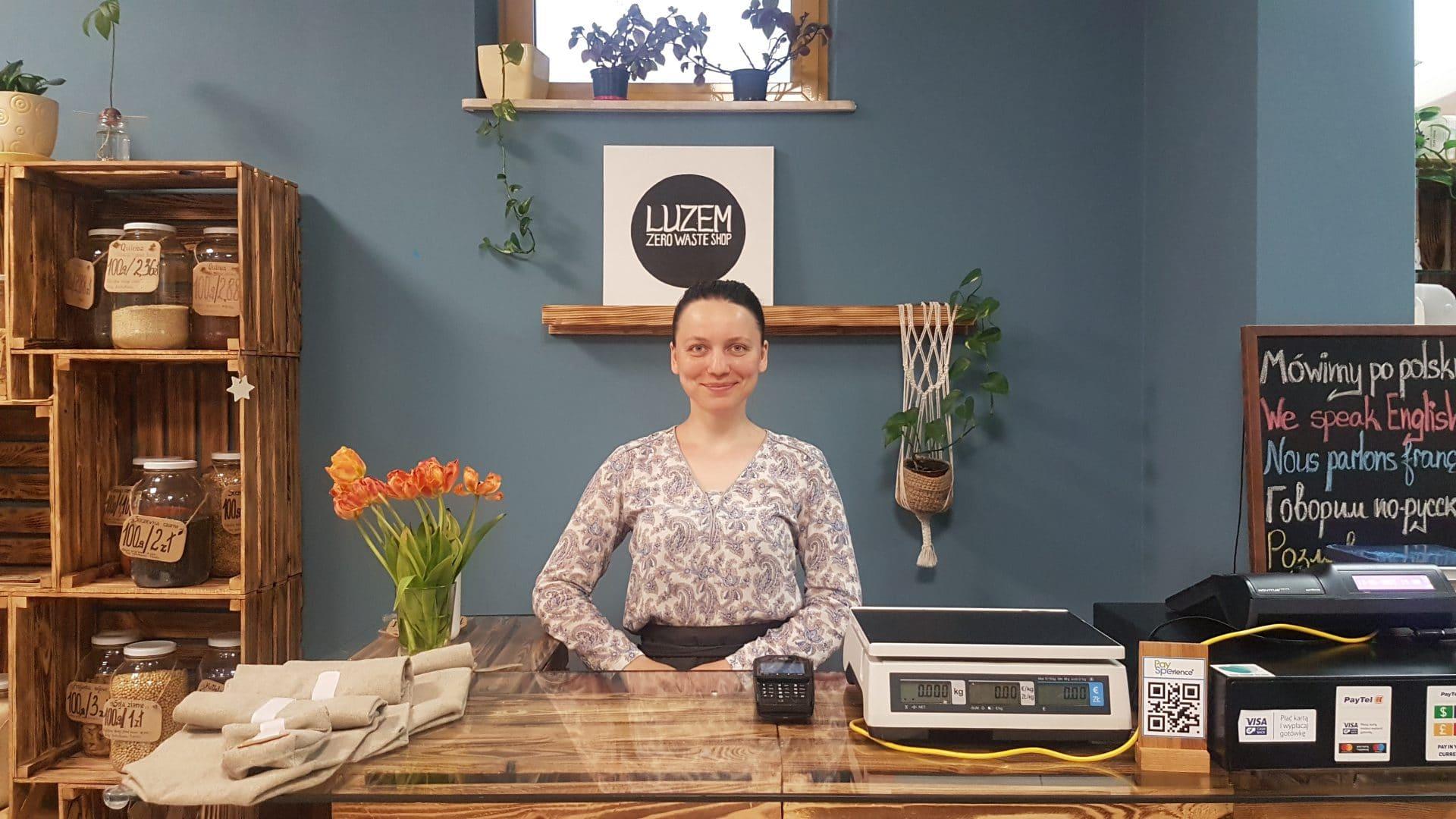 """Elina: """"Pracując tu, jestem ciągle zadowolona! Nie dość, że ludzie są tacy fajni, sprzedaję produkty w słusznej sprawie, to na dodatek mogę realizować swoje talenty"""". FOT. Karolina Gawlik"""