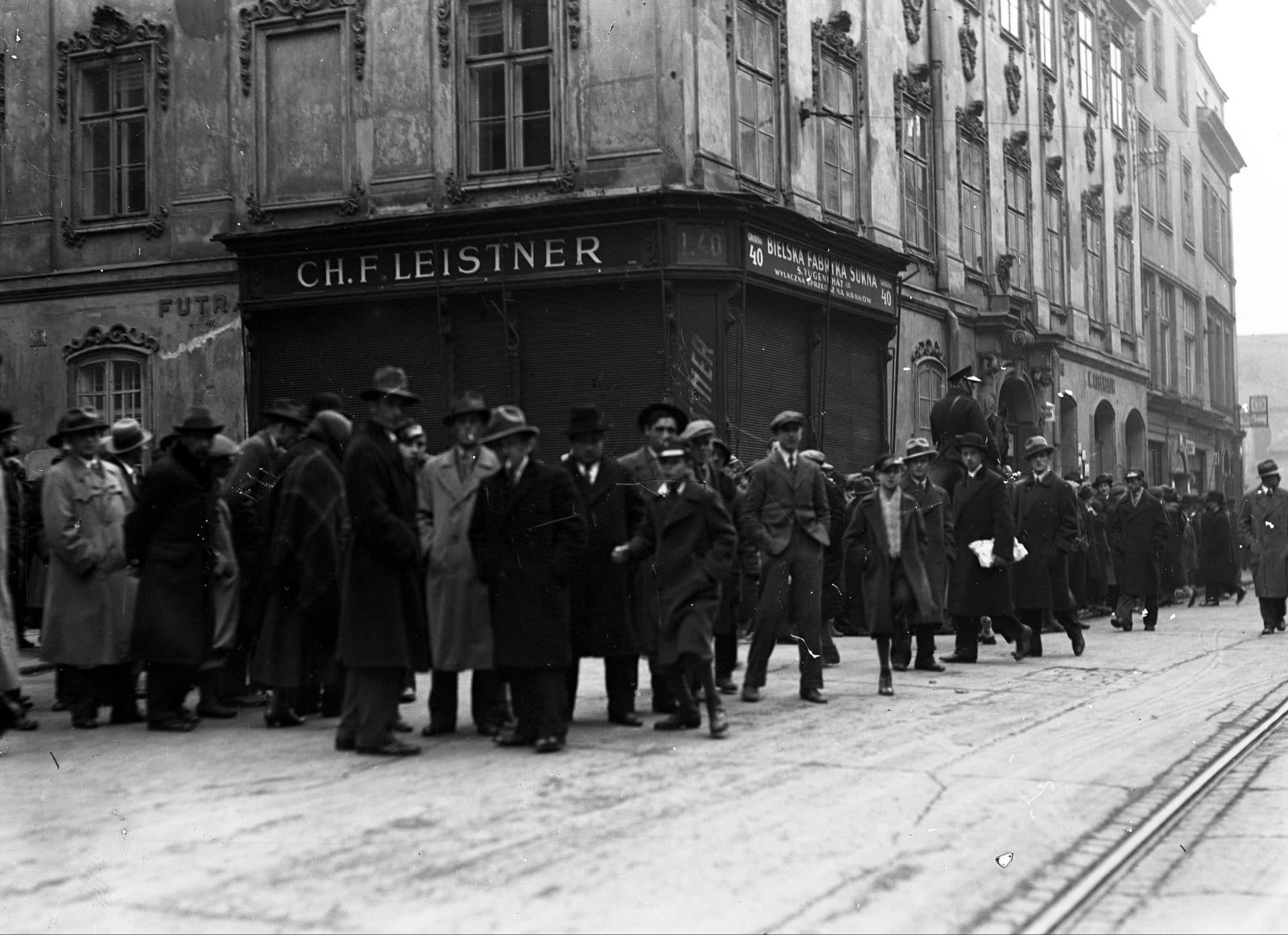 Grupa krakowian oczekuje na wyrok w sprawie Maliszów. Źródło: Narodowe Archiwum Cyfrowe.