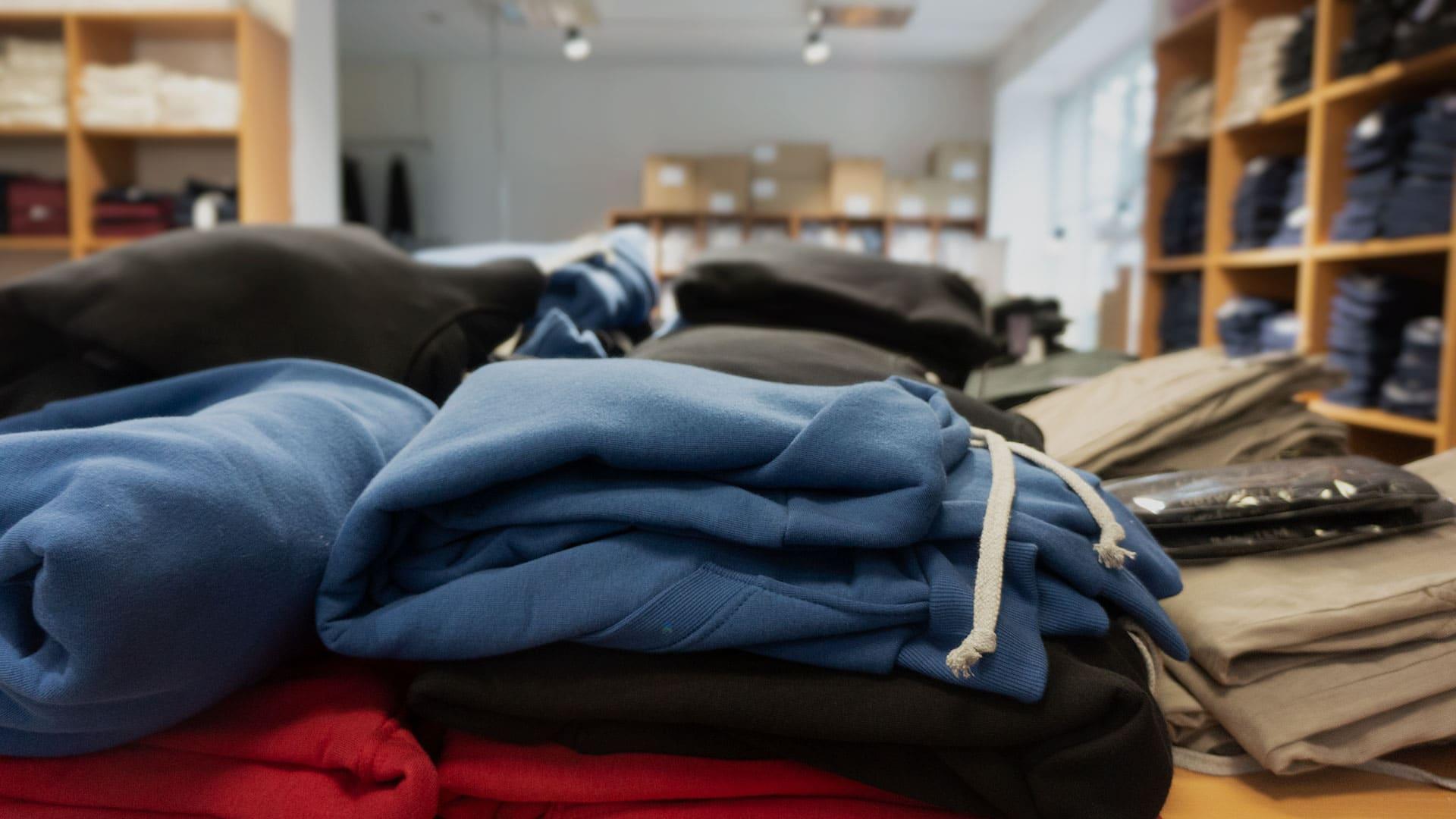 W sklepie Szczygła znajdziecie spodnie, ale też m.in. bluzy marki Afterki. Na zapleczu działa szwalnia, gdzie można zobaczyć, jak powstają sprzedawane ubrania. / Szwalnia Kraków.