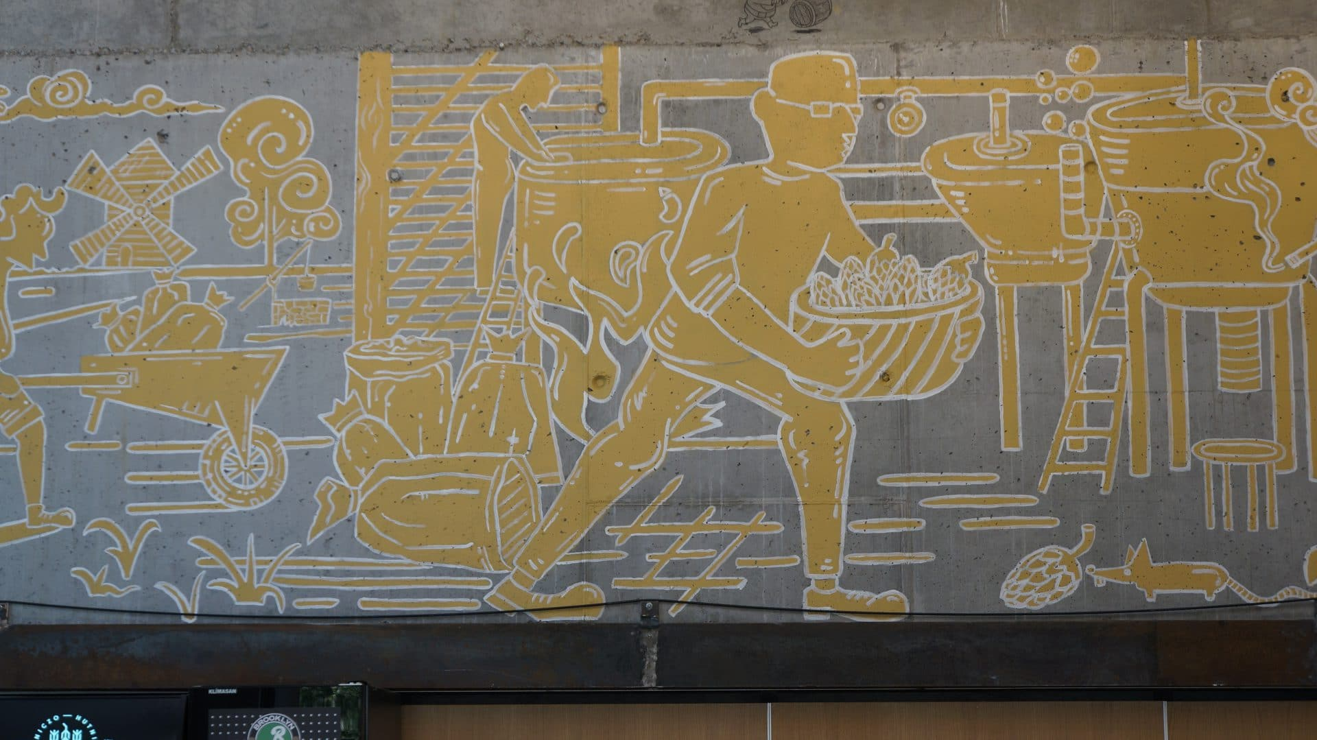 Ściany ozdabia mozaika, na której przedstawiono założycieli restauracji ważących piwo.