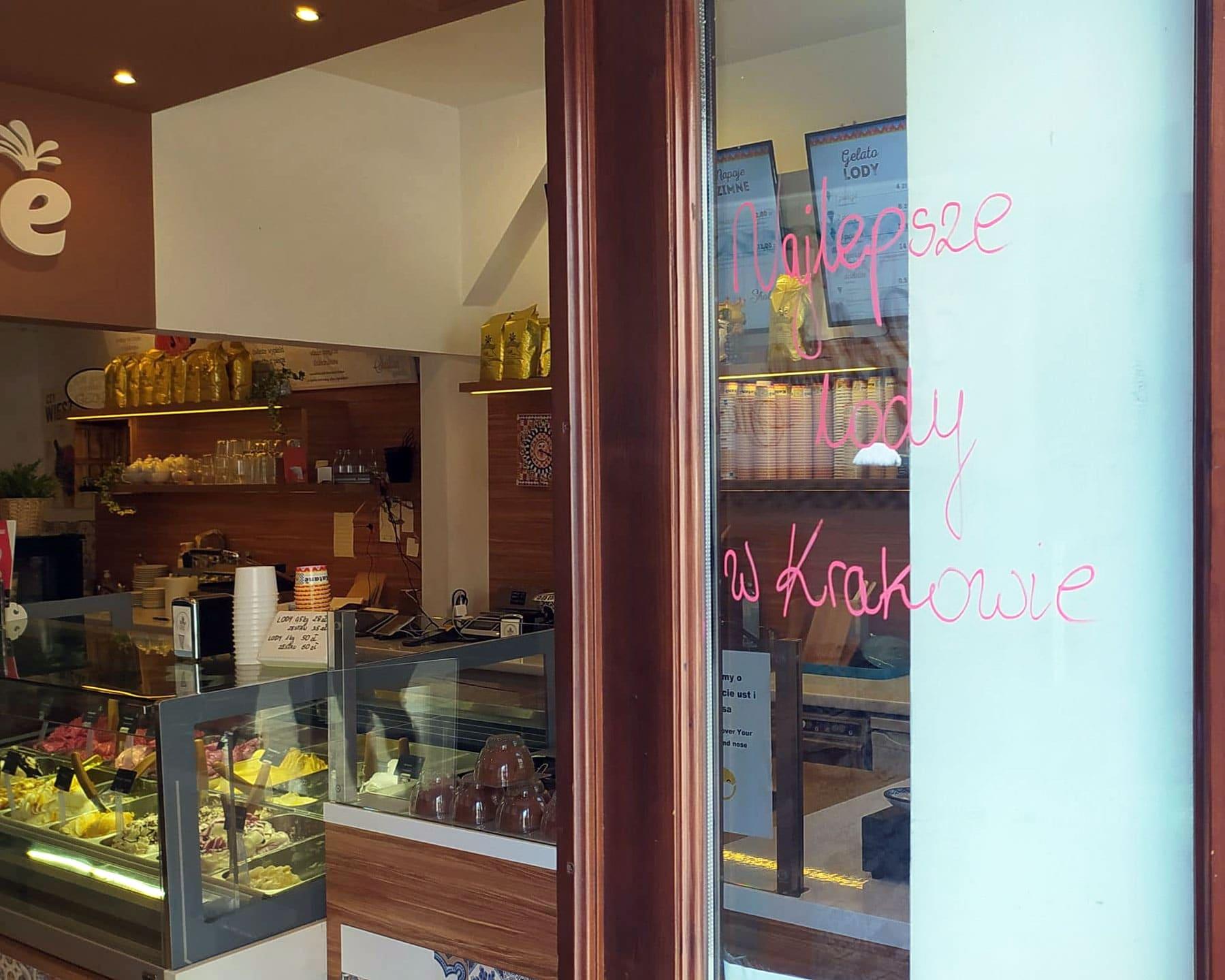 W Katanè klientów wita napis: Najlepsze lody w Krakowie.