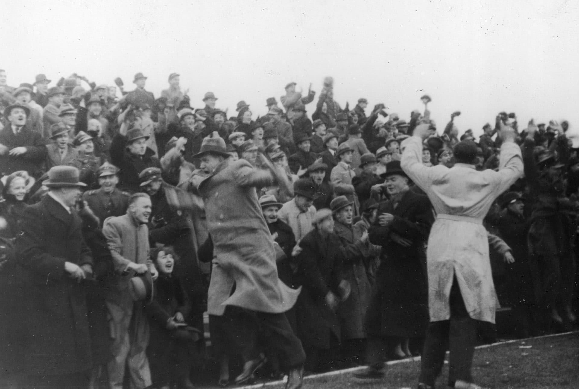 Kibice cieszą się z gola dla Polaków. Mecz Polska - Norwegia, który rozegrano w 1938 roku w Warszawie zakończył się wynikiem 2 do 2. Źródło: Narodowe Archiwum Cyfrowe.
