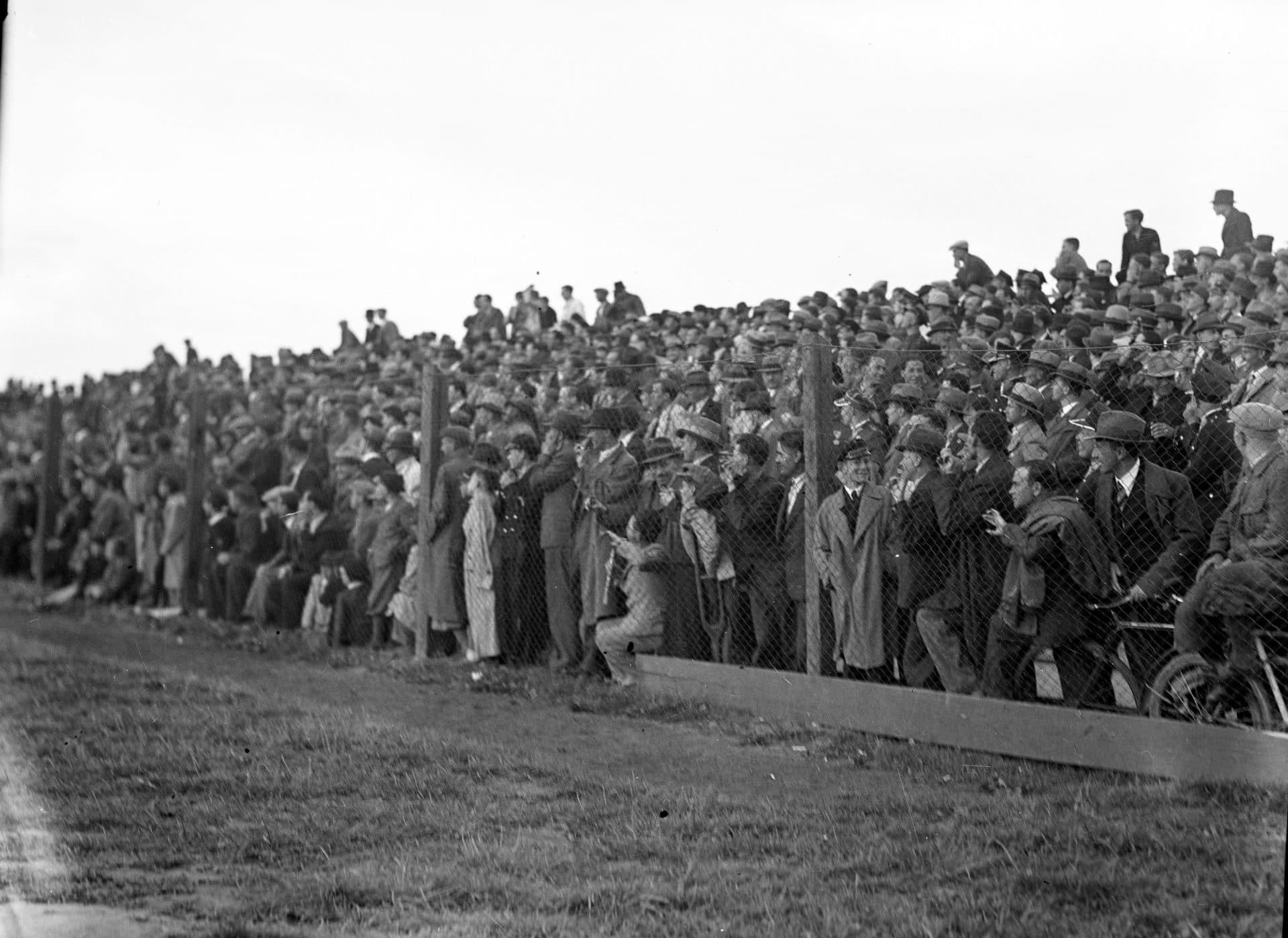 Kibice oglądają mecz Wisła Kraków - Chelsea FC w 1936 roku.