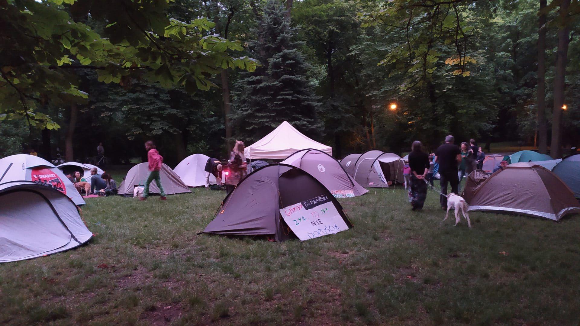 Miasteczko namiotowe w parku Bednarskiego.