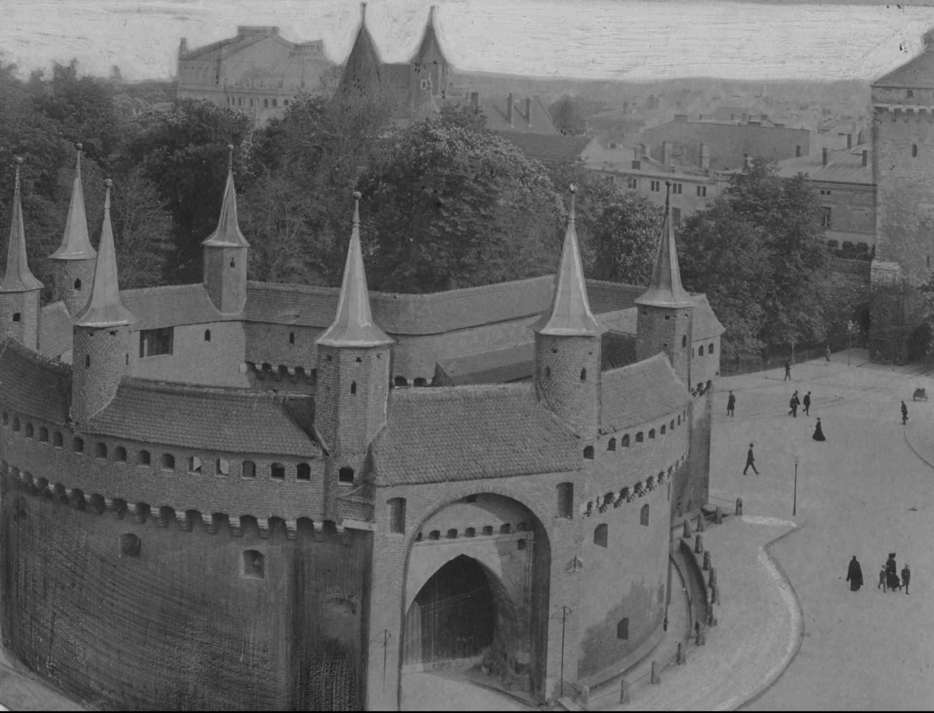 Barbakan w Krakowie w 1925 roku. Źródło: Narodowe Archiwum Cyfrowe.