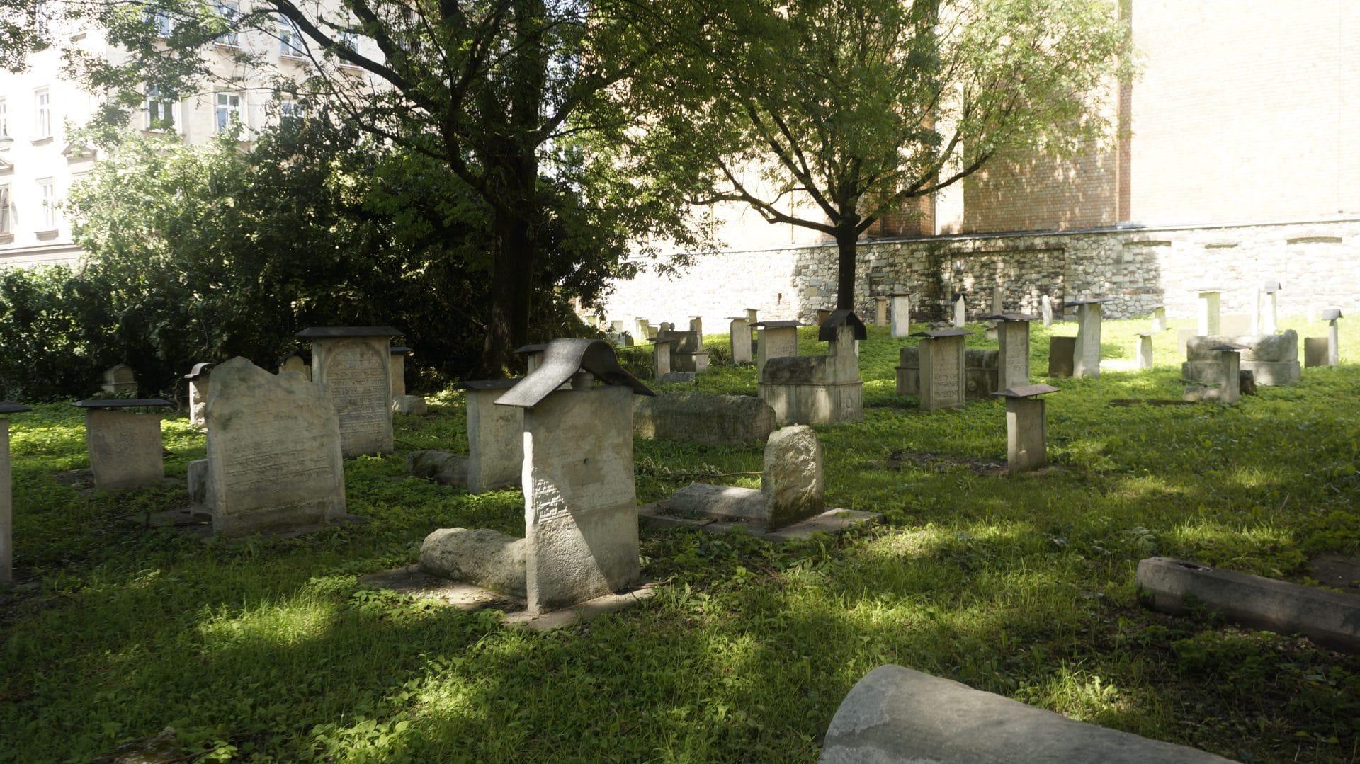Między ulicami Jakuba i Szeroką skrywa się jeden z najstarszych cmentarzy żydowskich w Europie - cmentarz Remuh. To jedna z symboli, który przypomina o świecie, którego już nie ma.