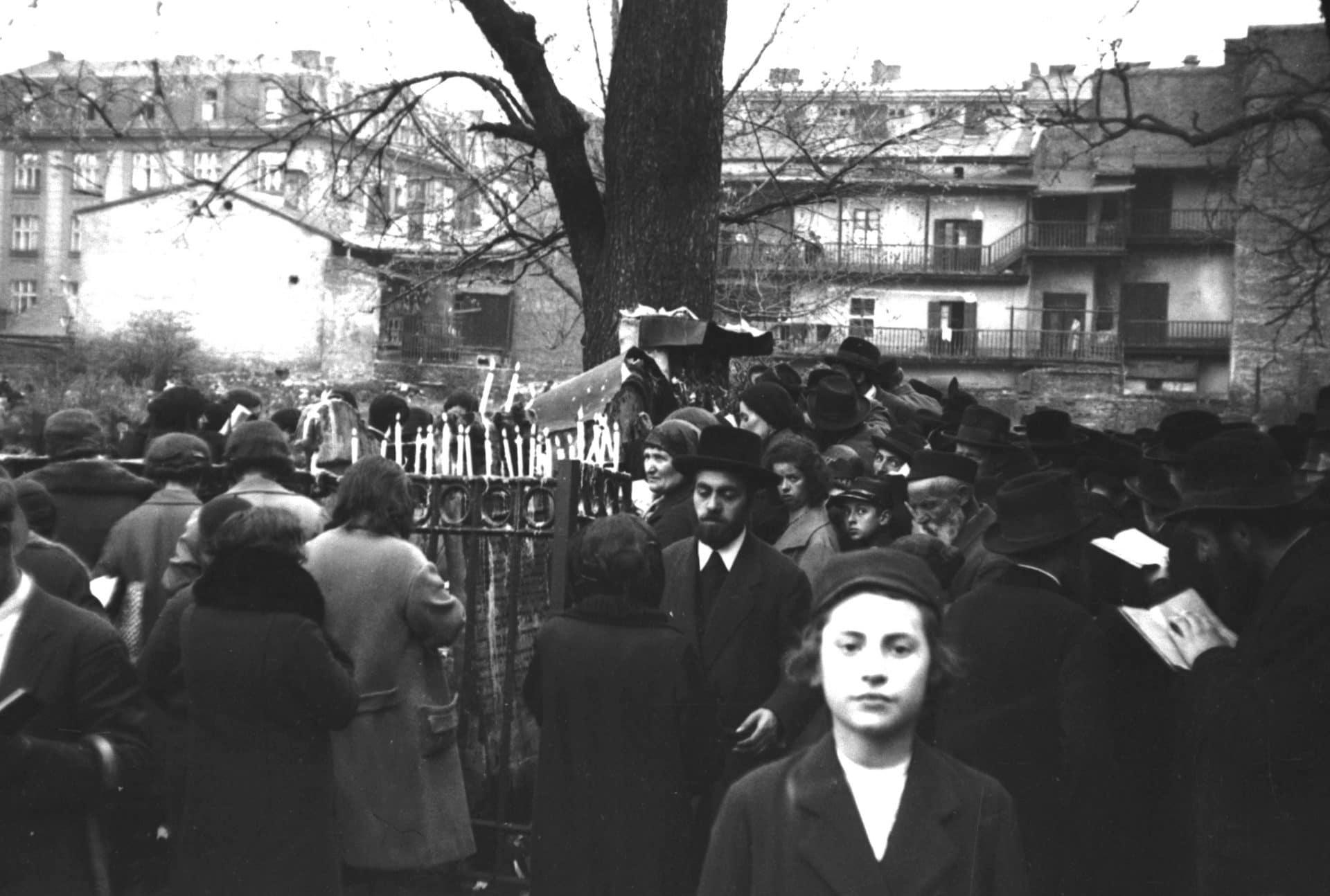Święto rabina ReMU na Cmentarzu Remuh w Krakowie. 1931 rok. Źródło: Narodowe Archiwum Cyfrowe. Żydowski Kraków.