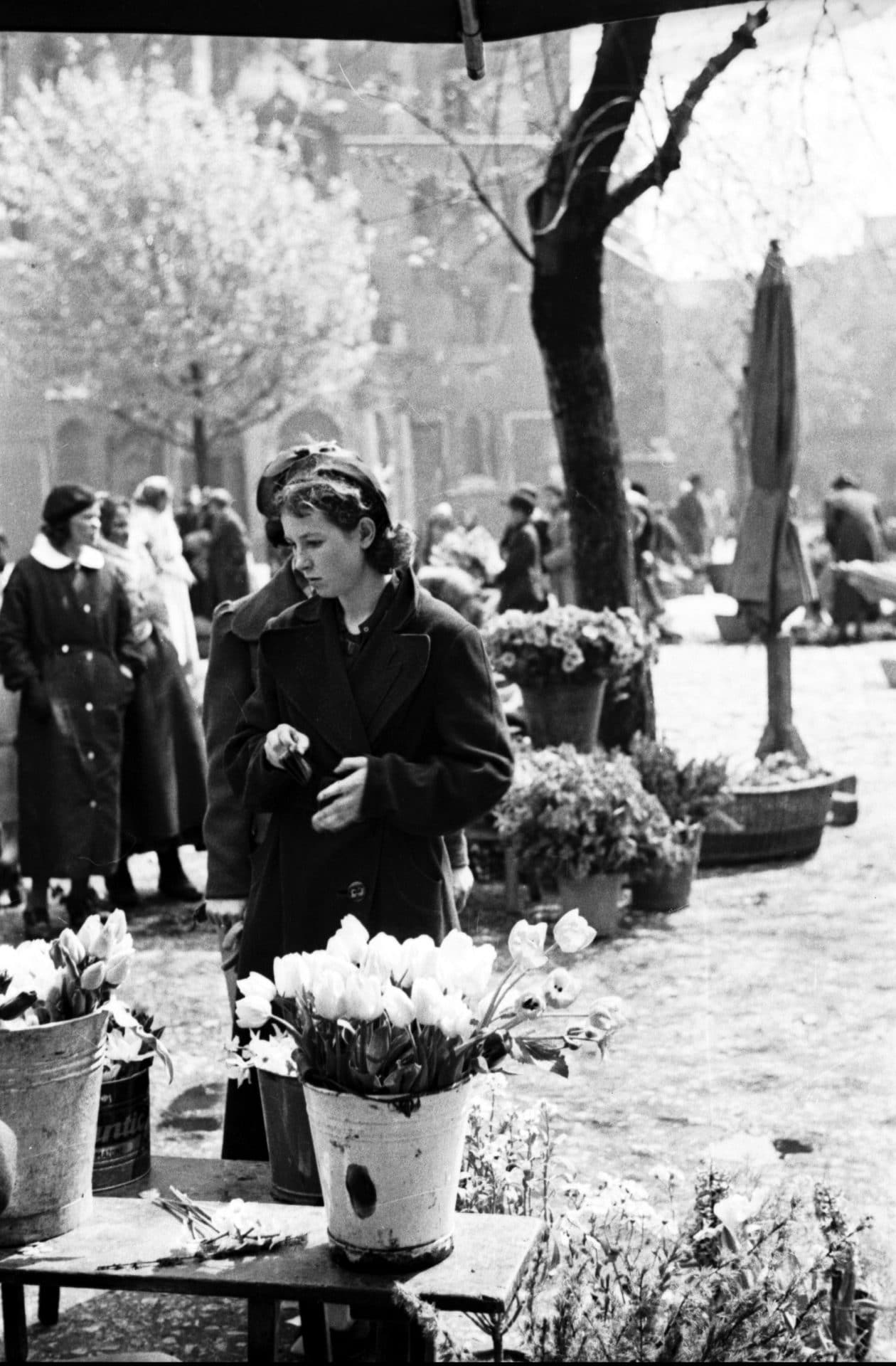 Sprzedaż kwiatów na krakowskim Rynku w latach 30. XX wieku. Źródło: Narodowe Archiwum Cyfrowe.