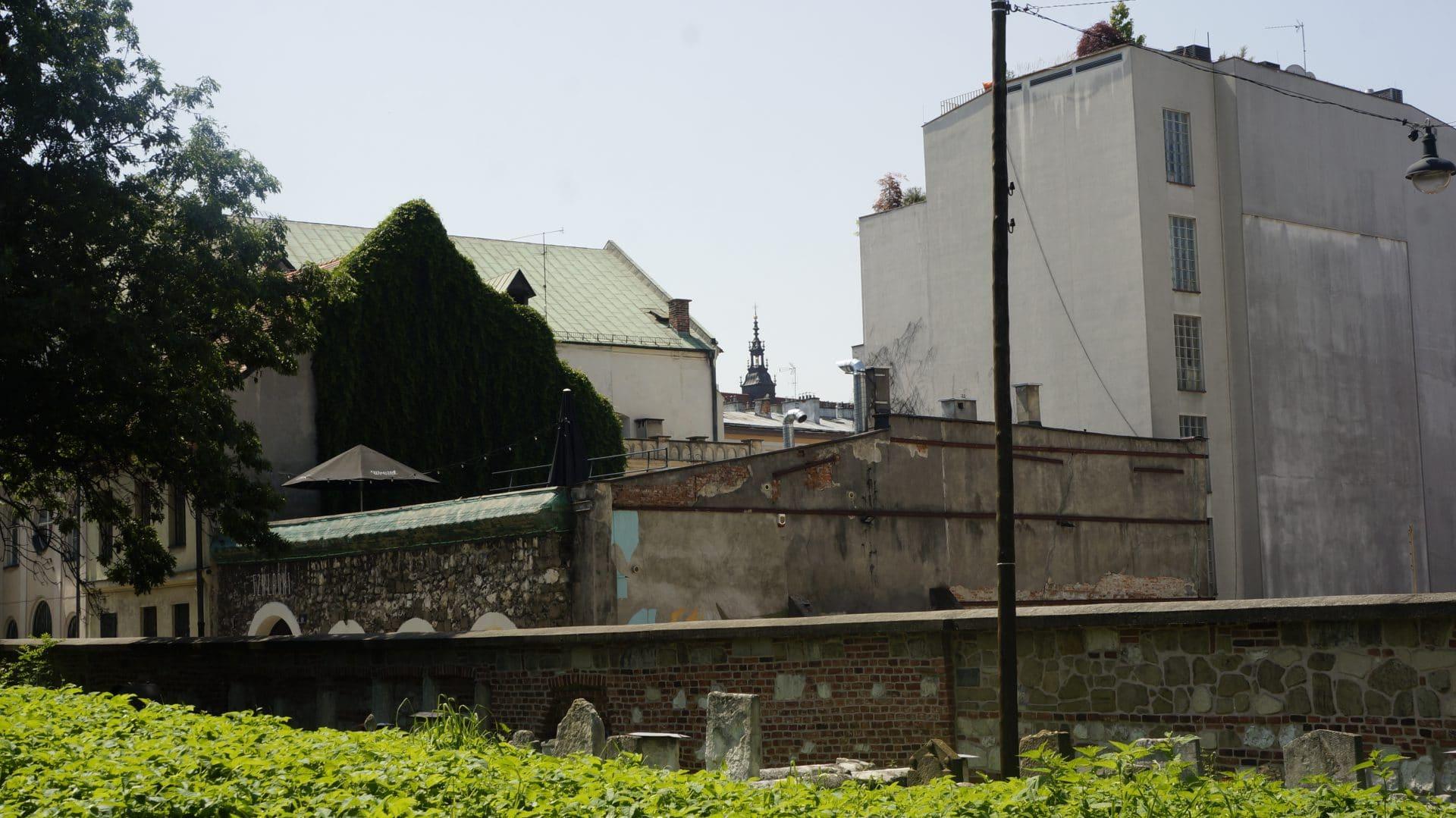 Na zdjęciu zrobionym ze starego cmentarza żydowskiego Remuh widać, jak wieże kościoła Bożego Ciała górują nad dawną dzielnicą żydowską. Kiedyś przypominały o tym, że to król polski jest gwarantem bezpieczeństwa krakowskich Żydów i mogą oni spokojnie żyć dzięki jego opiece.
