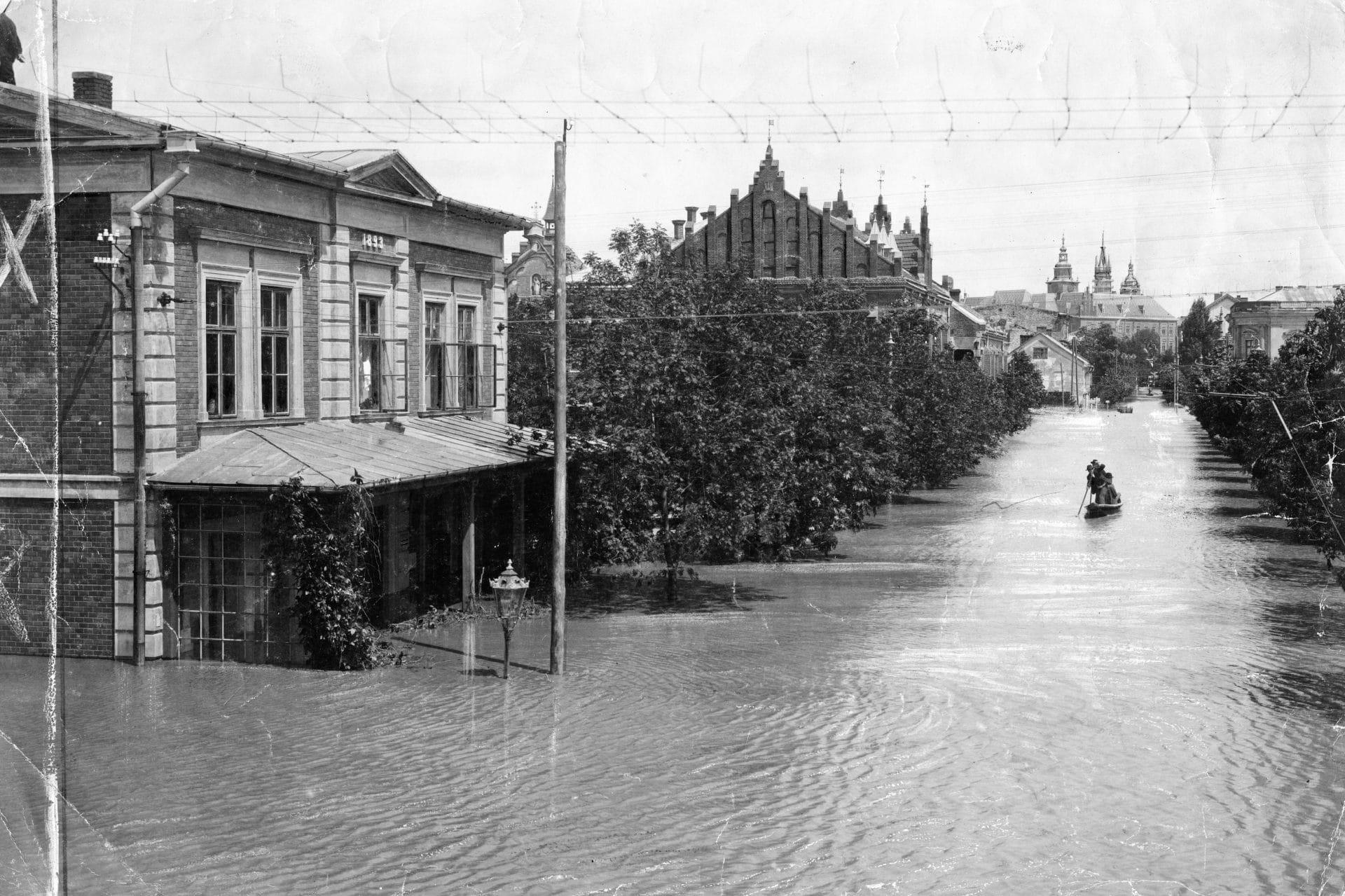 1903 rok. Ulica Wolska w Krakowie pod wodą. Źródło: Narodowe Archiwum Cyfrowe.