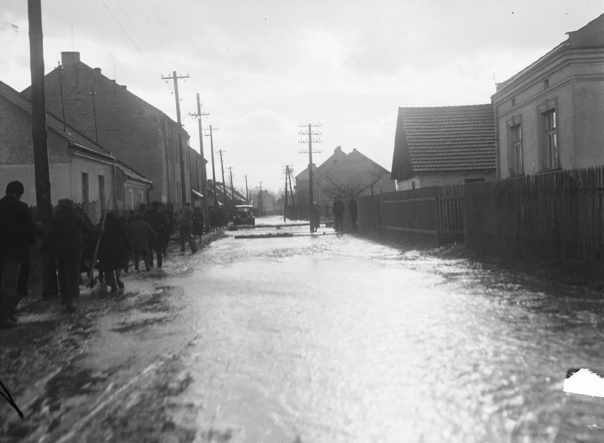 Widok zalanej ulicy w Krakowie. 1935 rok. Źródło: Narodowe Archiwum Cyfrowe.