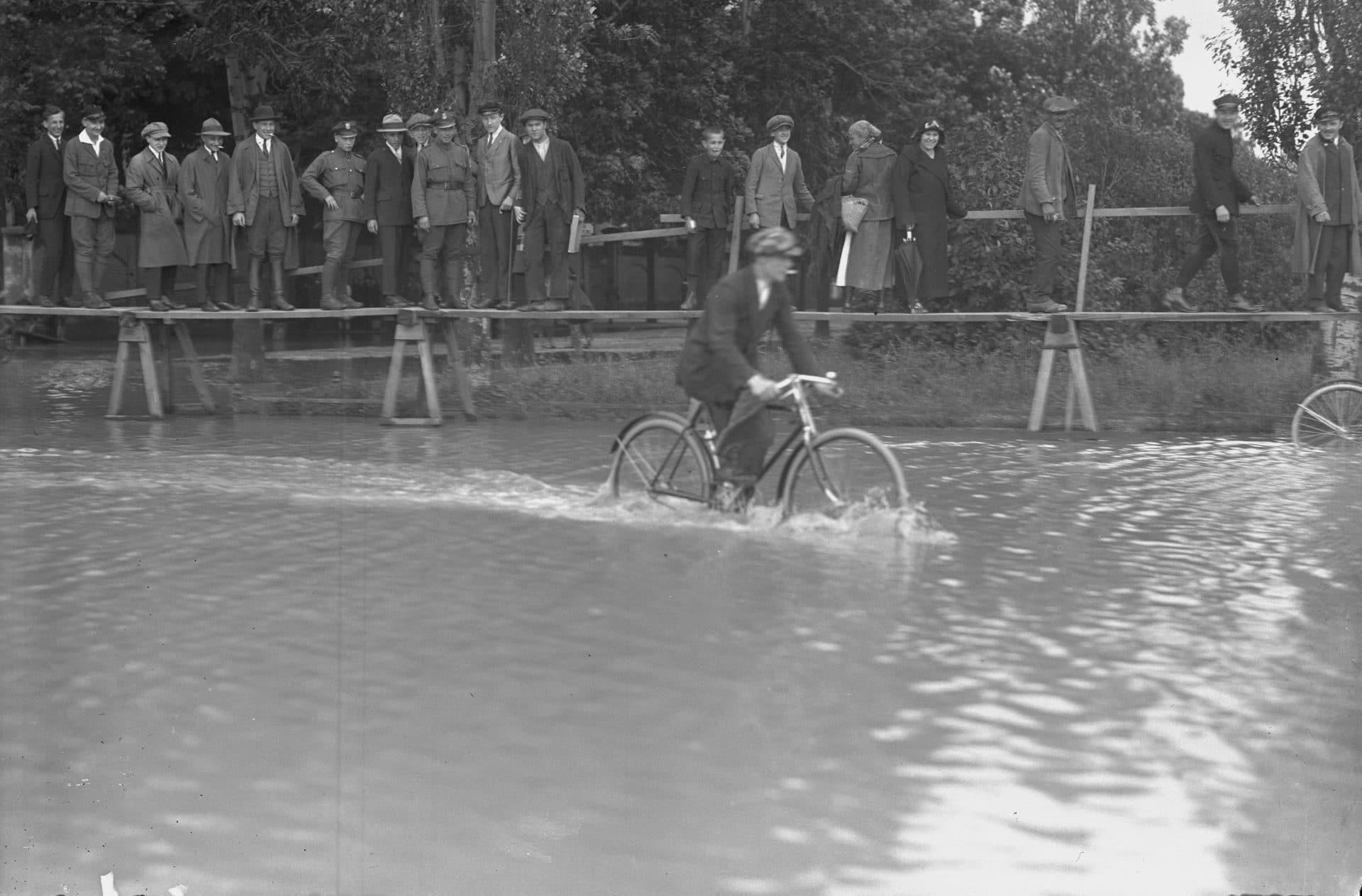 Ulica Wolska w Krakowie. Powódź w 1925 roku. Źródło: Narodowe Archiwum Cyfrowe.