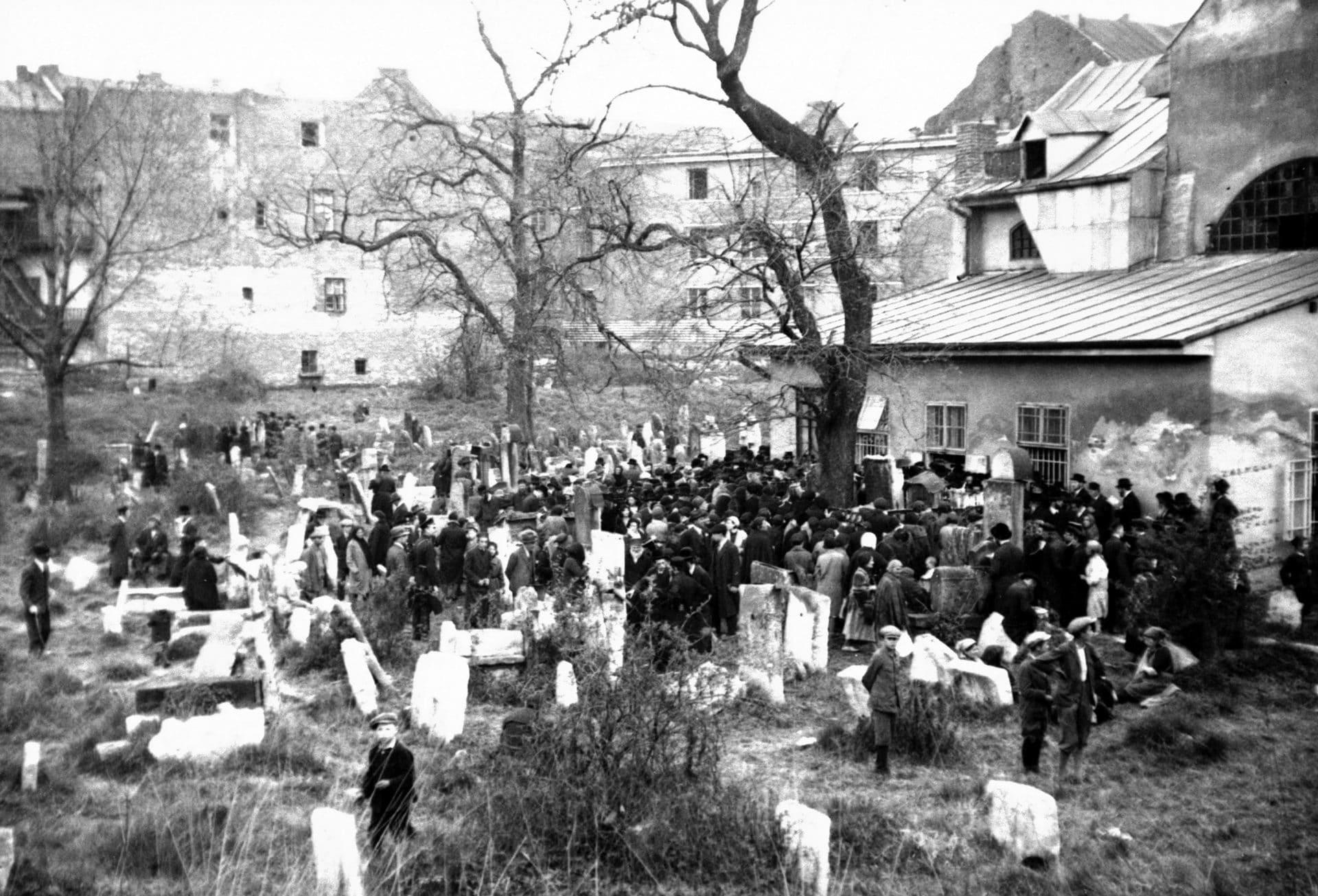 Święto rabina Remu na Cmentarzu Remuh w Krakowie. 1931 rok. Źródło: Narodowe Archiwum Cyfrowe.