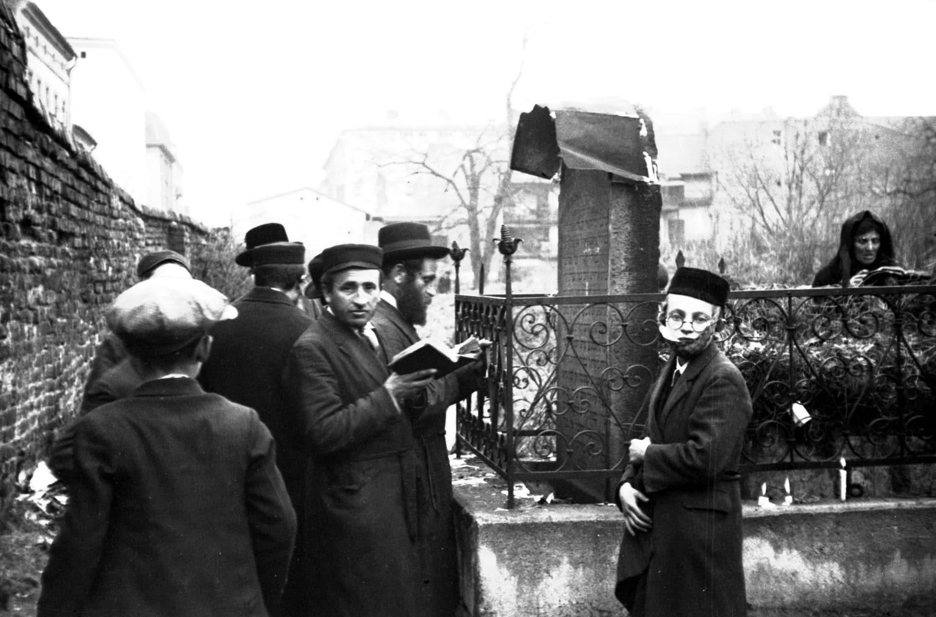 Święto rabina ReMU w 1931 roku. Modlitwa przy macewach.