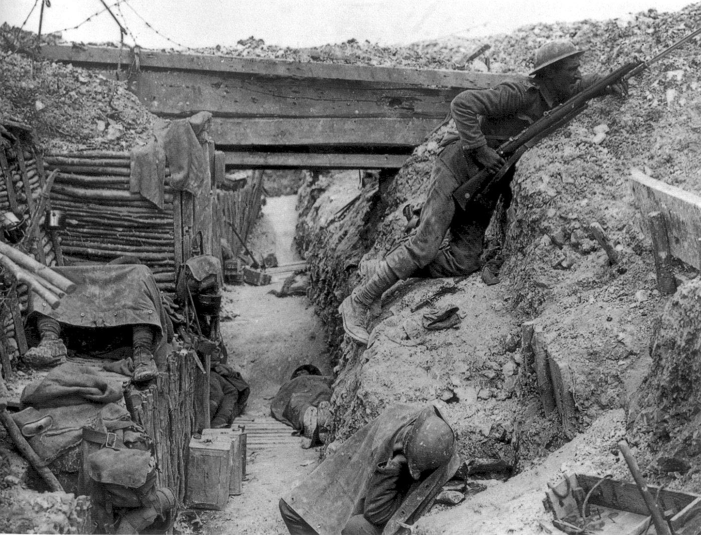 Brytyjczycy w okopach nad Sommą, lipiec 1916. Źródło: Wikimedia.