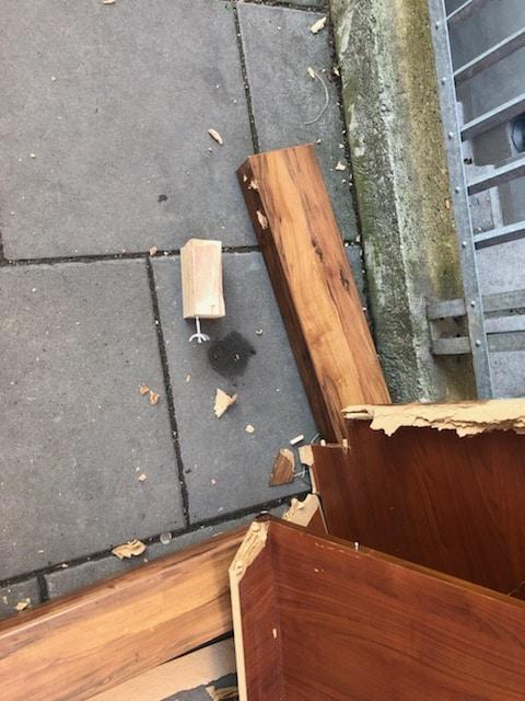Meble zrzucone z balkonu. Zdjęcie udostępnione przez czytelniczkę.