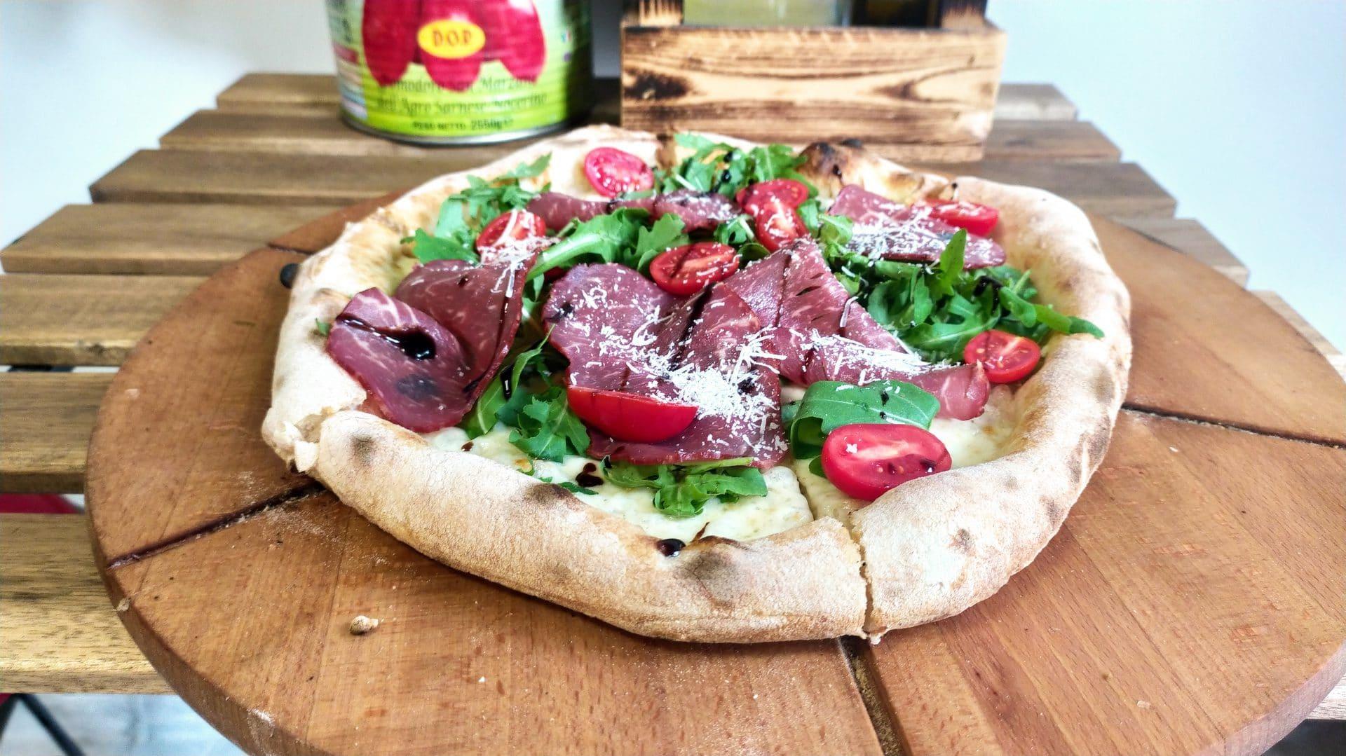Pizza Square robi pizze sezonowe. Na zdjęciu pizza z rostbefem.