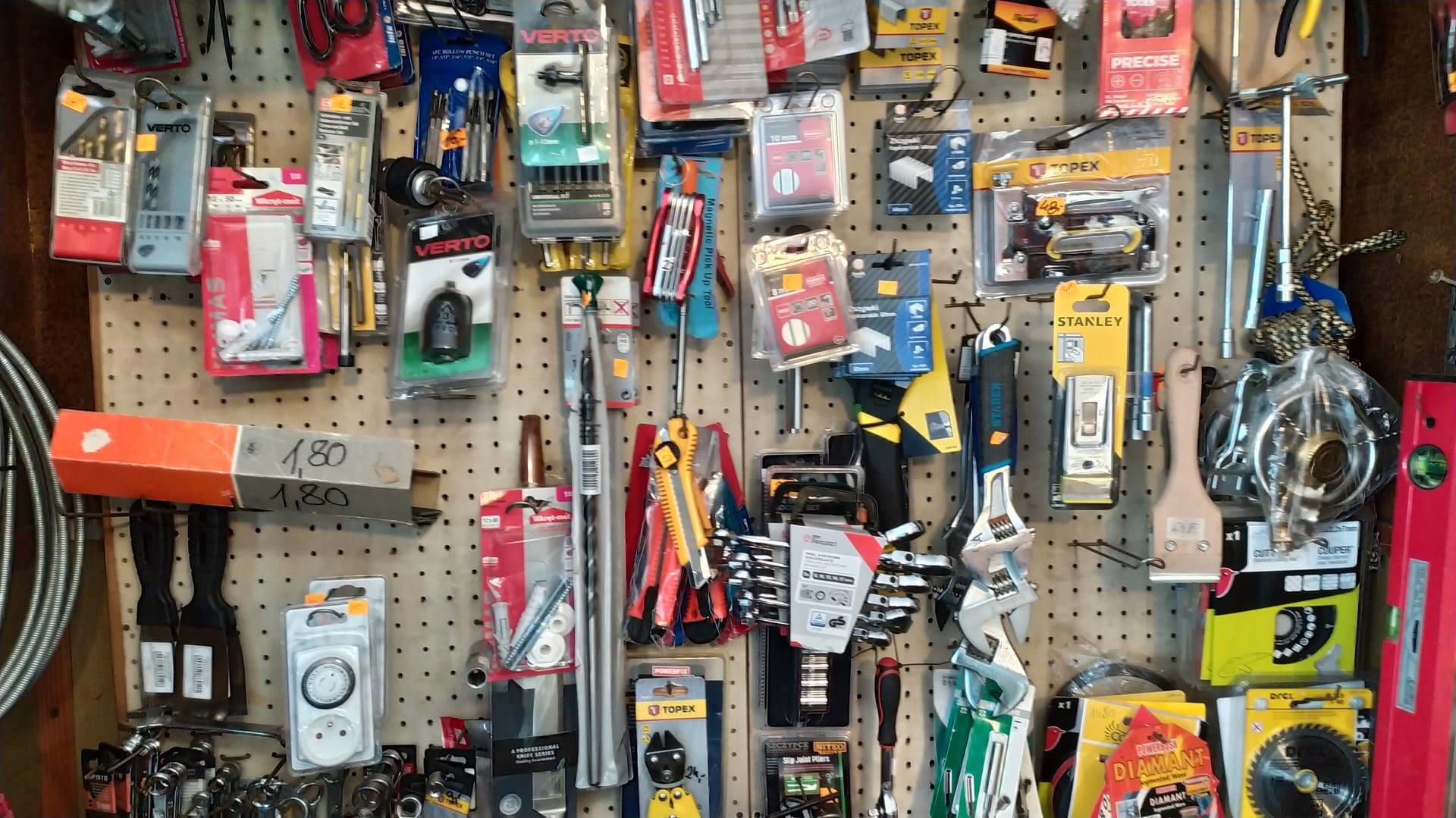 Sklep metalowy pana Piotra oferuje kleje, narzędzia, klamki, wkładki, śrubki, itd..., itp...